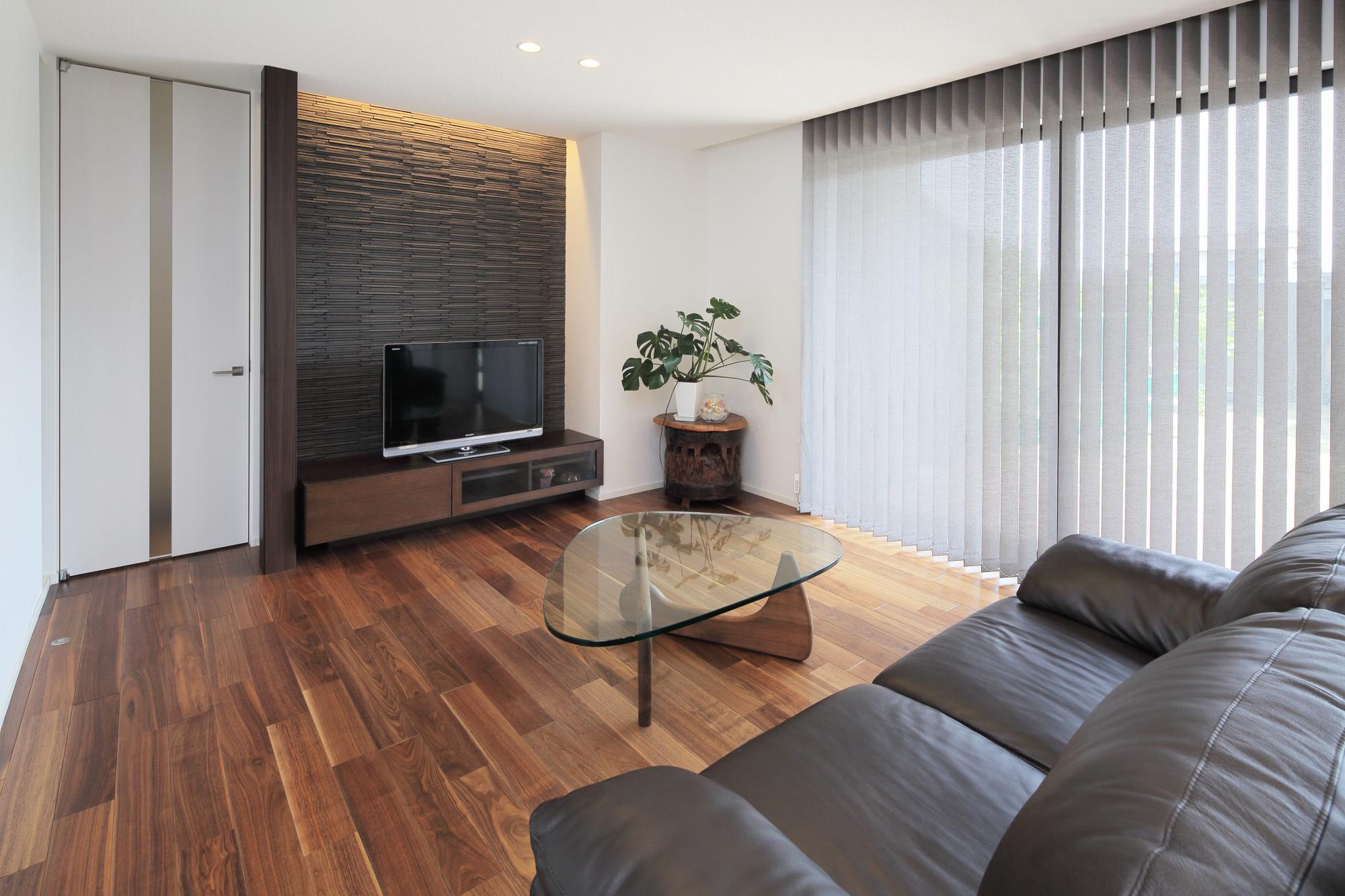リビングのTV背面の壁には部屋の空気をきれいに保つエコカラットを。室内扉は天井までの高さがあるハイドアを採用した。