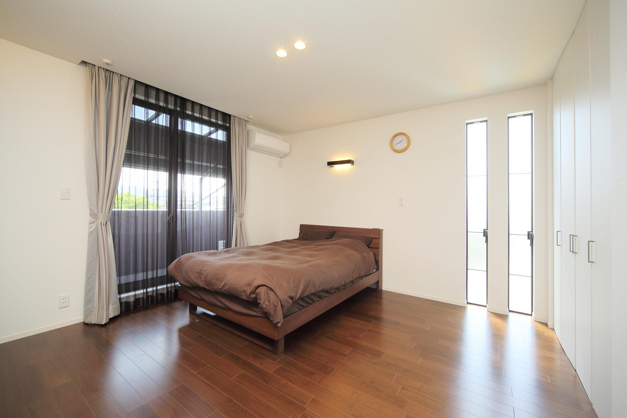 和室を洋室に変更してご夫婦の寝室に。新たに縦長のスリッド窓とクロゼットを設置した。