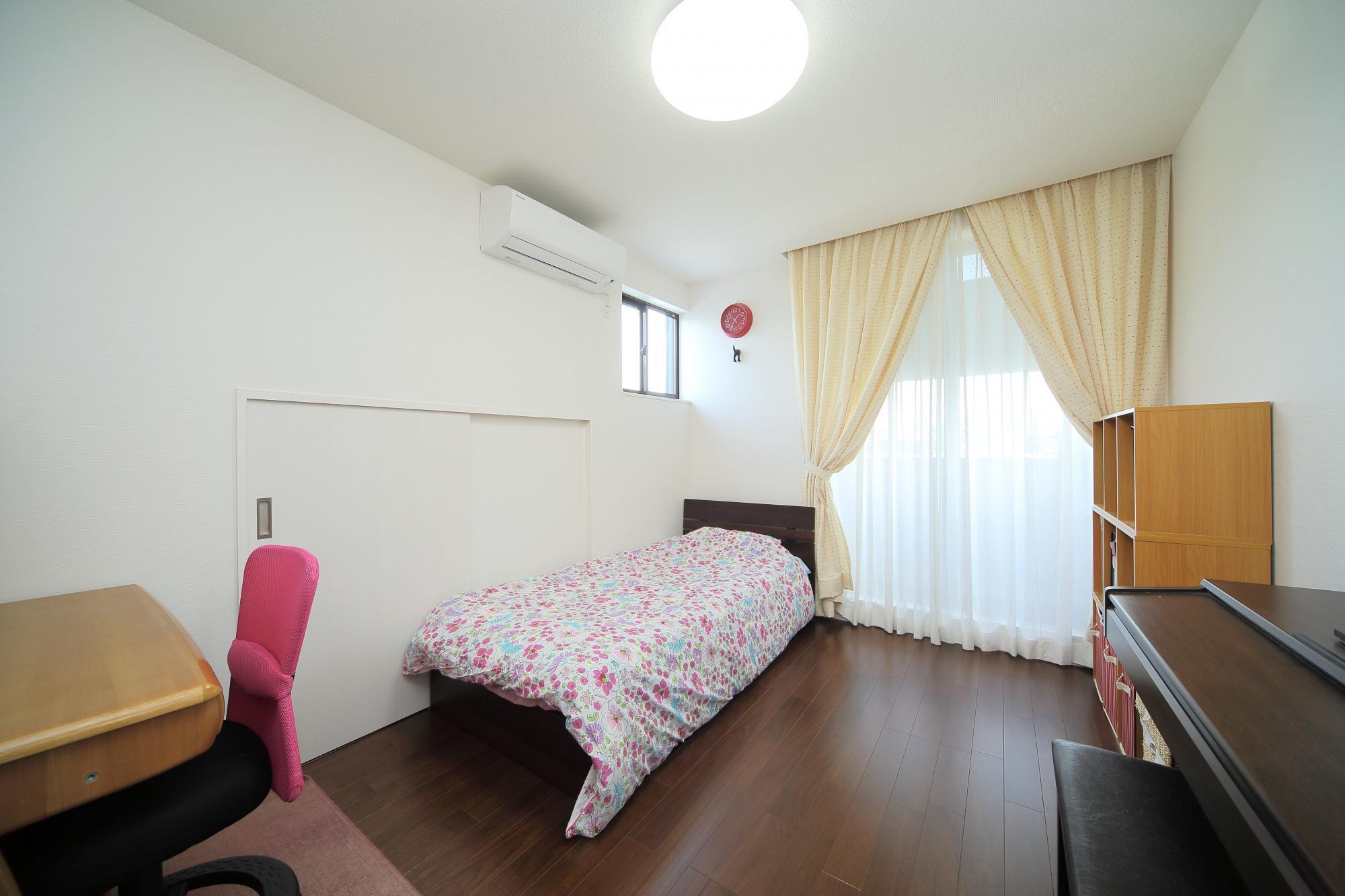和室だった部分を洋室に変更し、子供部屋とした。下屋のスペースを利用して収納を設けている。
