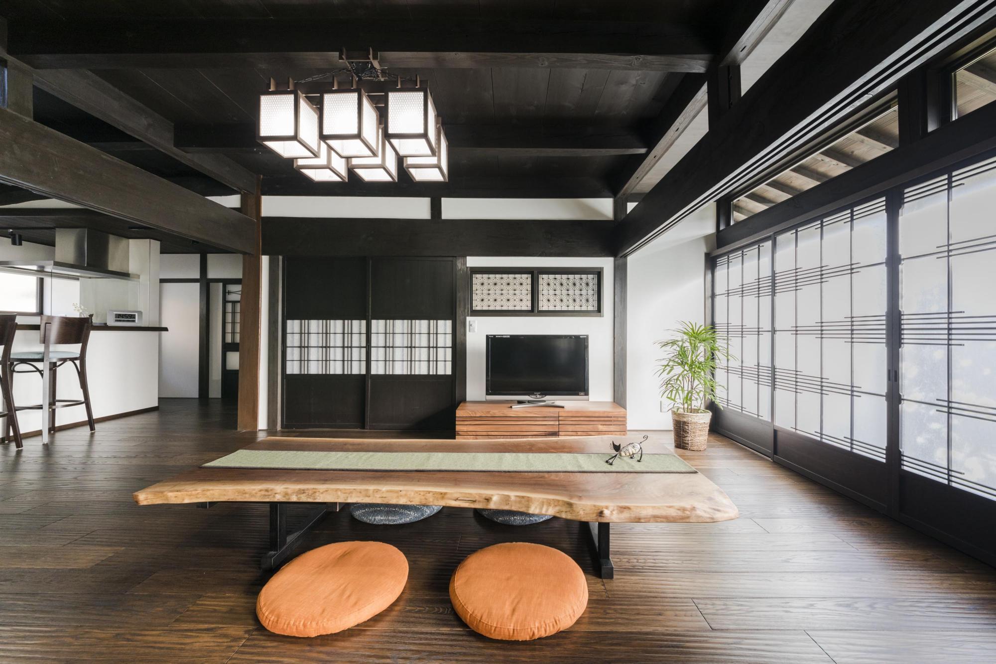 梁を現わしにしたリビングは和室だった部分をオーク材のなぐり調仕上げの板の間とした。壁面は温かさを感じる自然素材の珪藻土に。引き戸などの建具は既存のものを採用した。