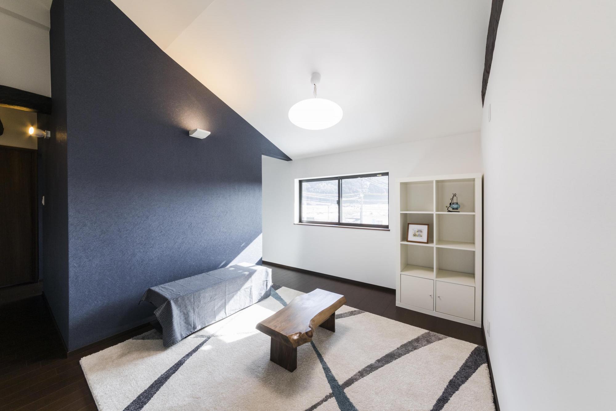 2階に設けた南向きの明るいセカンドリビング。壁面と天井には黒と白のクロスを張ってモダンに演出した。