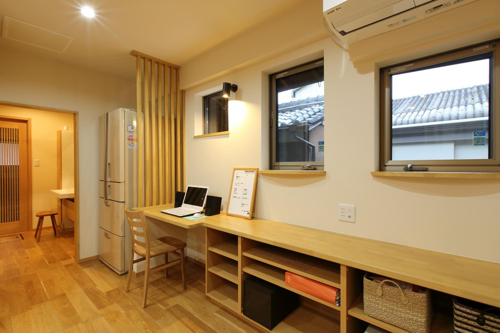 キッチン横の窓際にPCデスクと収納飾り棚を造作し、書斎スペースとして活用。将来は介護用ベッドが置けるようにスペースを確保した。