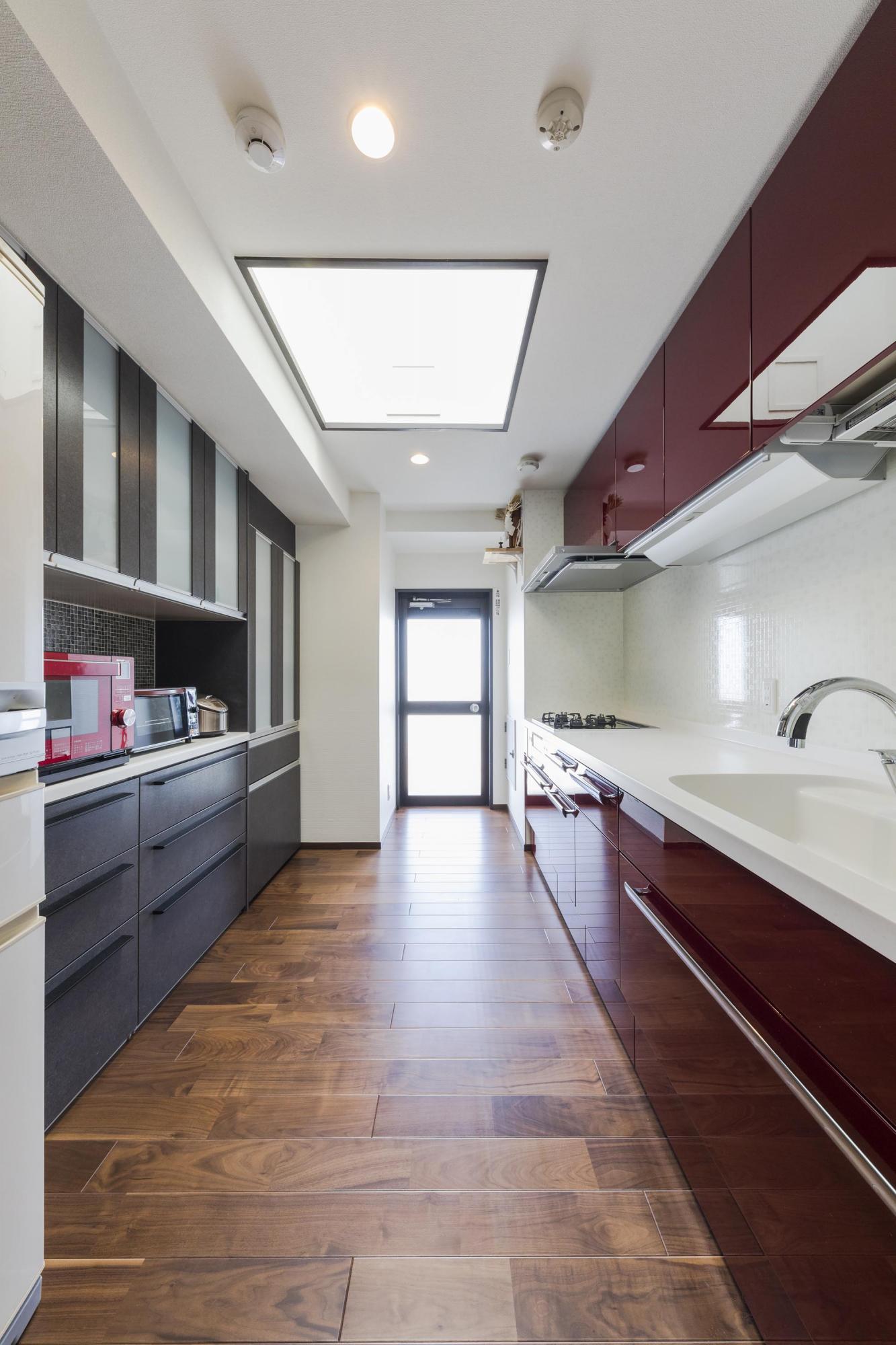 床を木質フロアに張り替え、壁や天井のクロスも新しくしたキッチン空間。もちろん、設備も新しいキッチンやカップボードに変更し、一部タイル貼りに。明るいキッチン空間を演出するために、既存のトップライトをそのまま残している