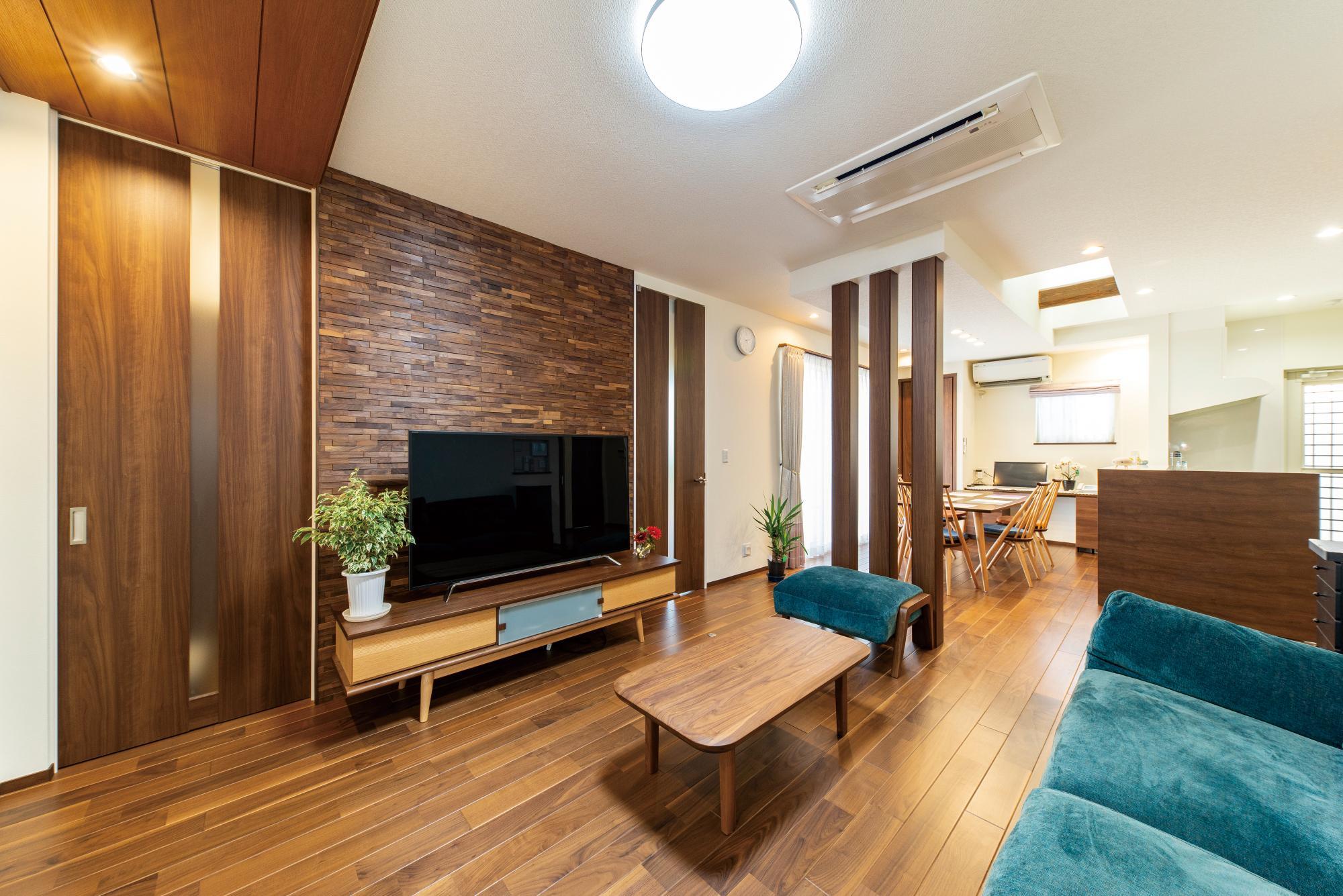 ダイニングは北側の庭を眺められるよう配置。もともと玄関ホールや階段、廊下のあった場所にリビングをつくり、ダイニングと一体化して開放感ある空間に。「明るい空間が欲しい」との要望に応え、ダイニングにトップライトを設けた。床暖房にも対応するウォルナット挽き板を採用