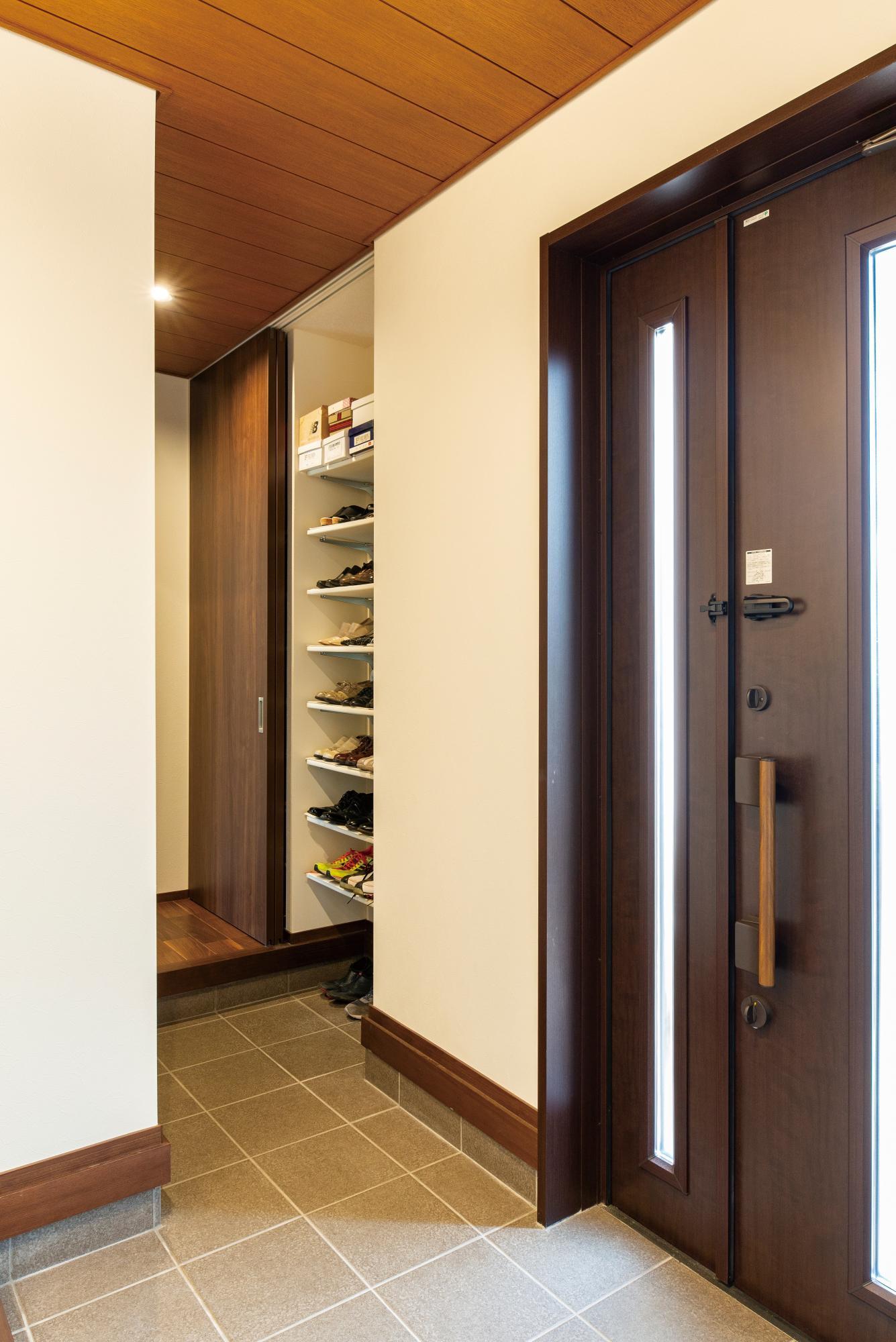 必要な場所に適量の使いやすい収納を設けることで、すっきり片付く家に。玄関収納や、ストックが一目瞭然のパントリー、奥行きの浅い本棚、持ち物を一まとめにできるウォークインクロゼットなど使い勝手よく設計