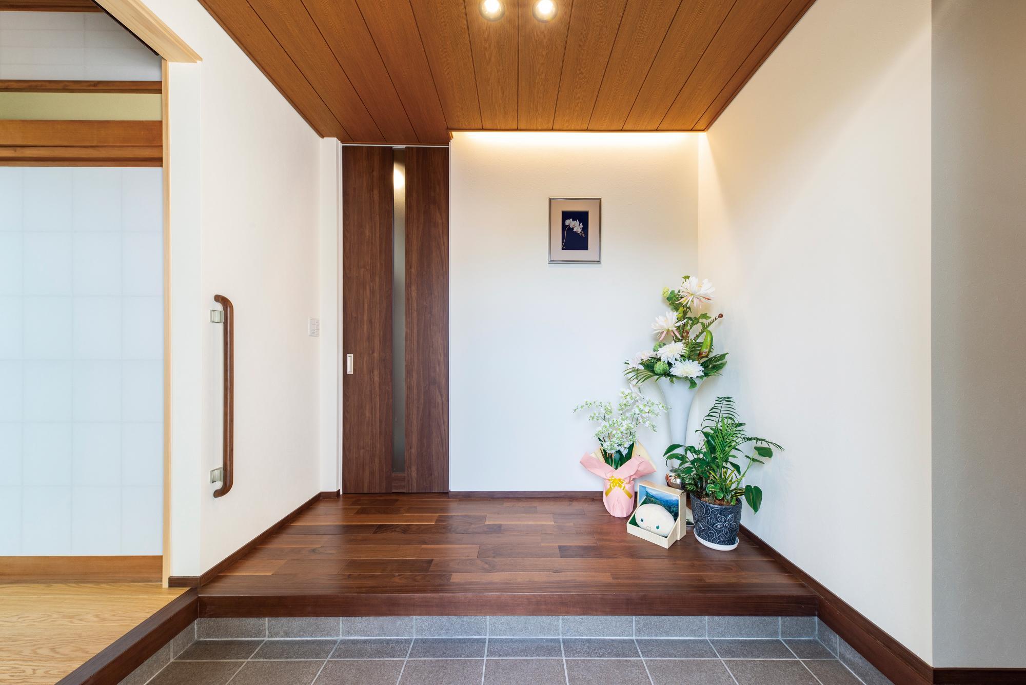 玄関とホールは以前よりも小さくなったが、明るく開放感のある空間に変わり、広々と感じられる。左にある広縁や右奥のキッチンへも直接上がることができる3WAY。来客を広縁から和室へ通すことも可能で、家族と動線を分けることができる