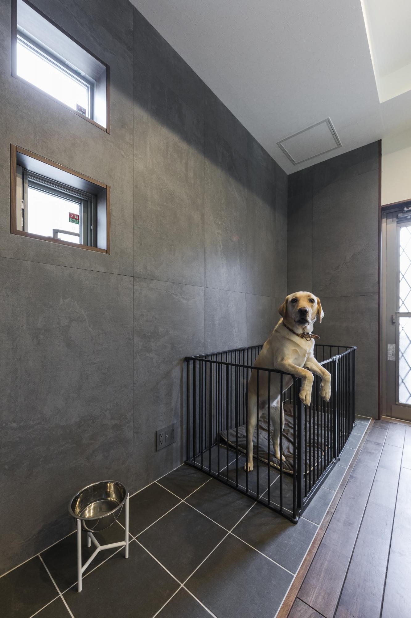 ダイニングの脇に愛犬用のスペースを新設し、タイルを床と壁に採用。この部分のみ黒にすることで雰囲気を変えている