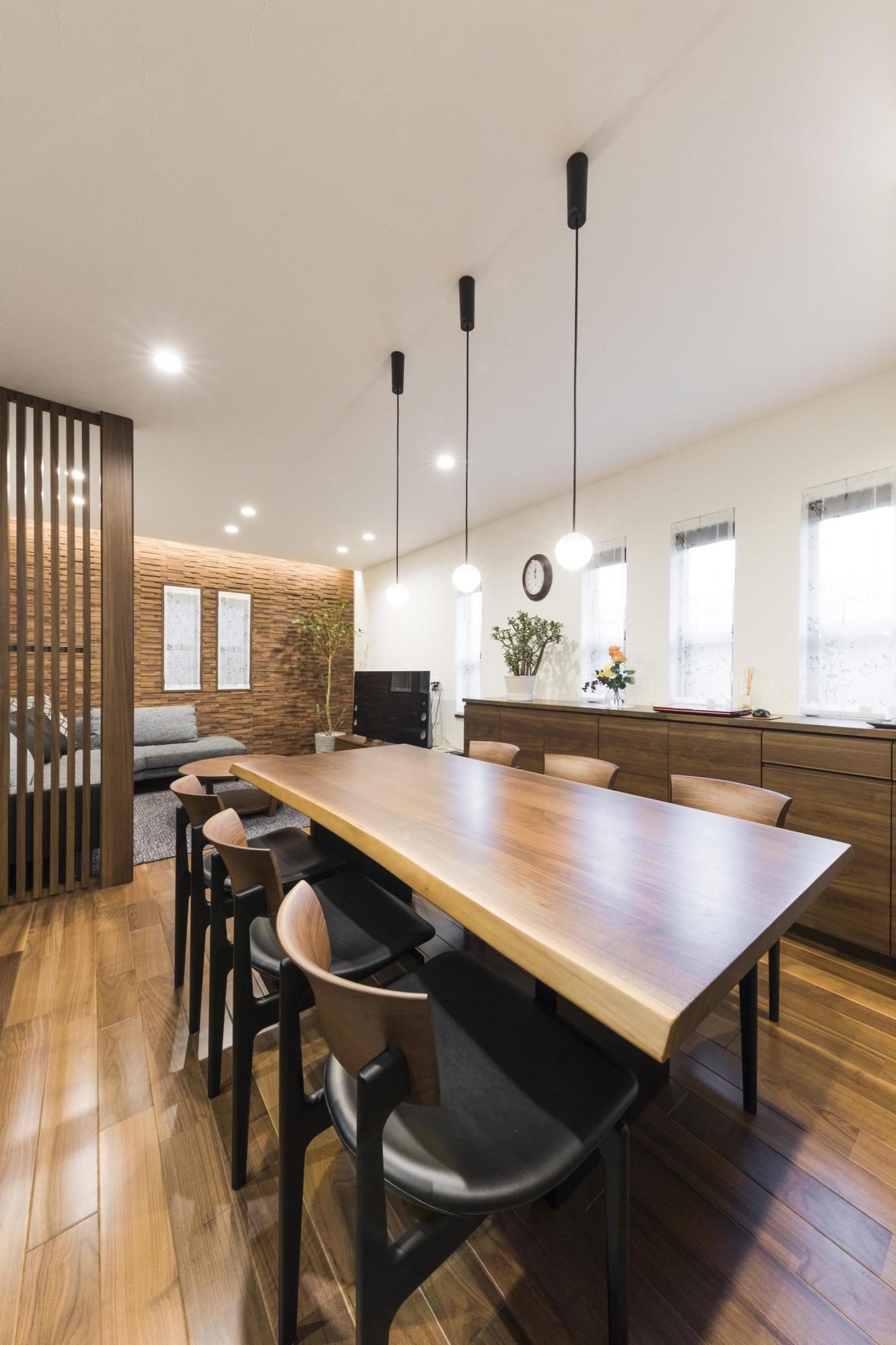 6畳の和室をLDKに取り込み、親戚が集い、団欒を楽しめる広い空間を実現した。リビングにあった構造上抜けない柱を活かして、目隠しにもなる木の格子を採用。圧迫感もなく、広々とした感じが損なわれずに、デザイン的にも美しい空間を演出している