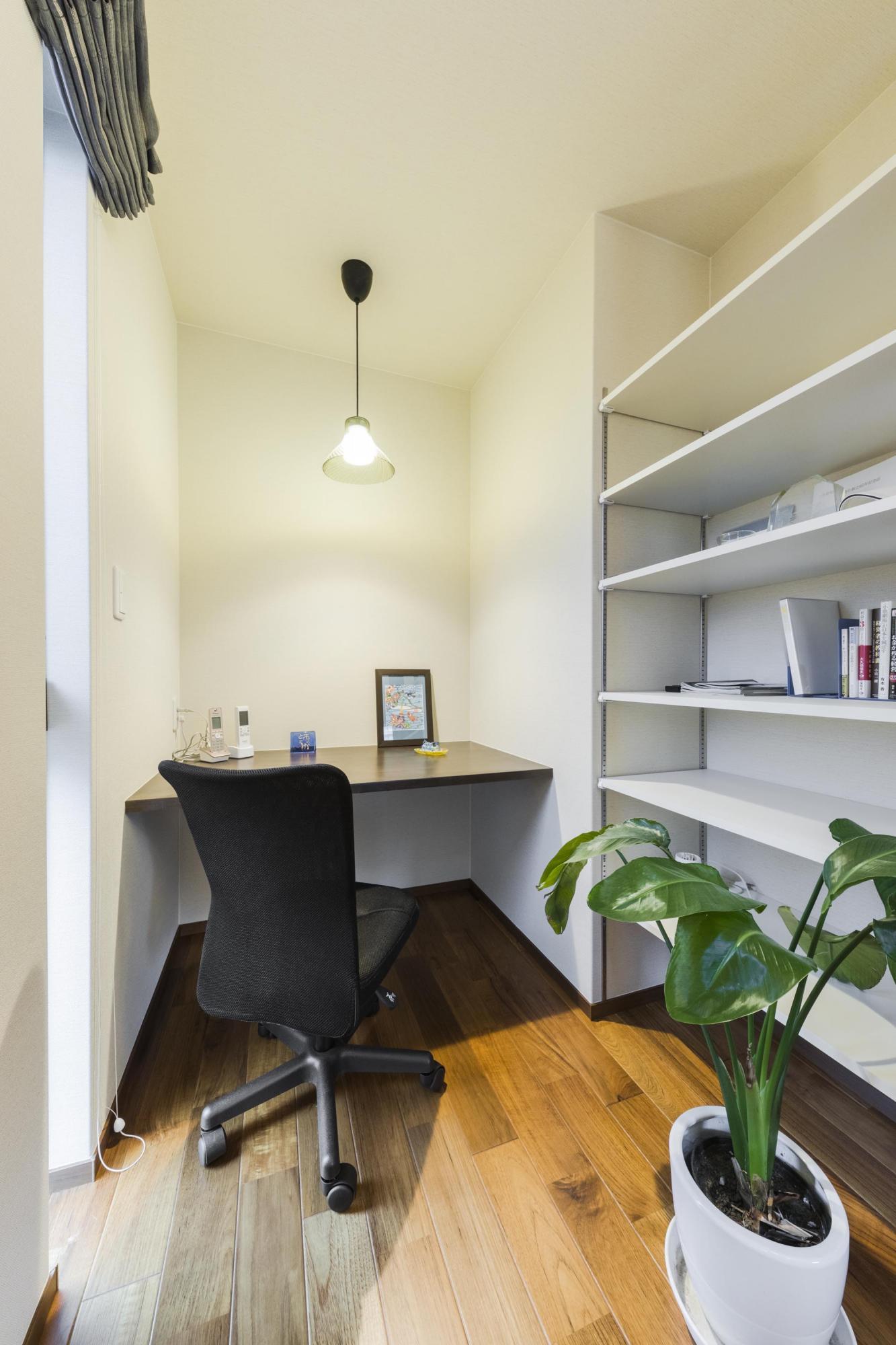 2階の寝室の一角には新たに書斎を設置した。カウンターや本棚は造り付けにすることで、空間にぴったりと収まっているのが魅力である