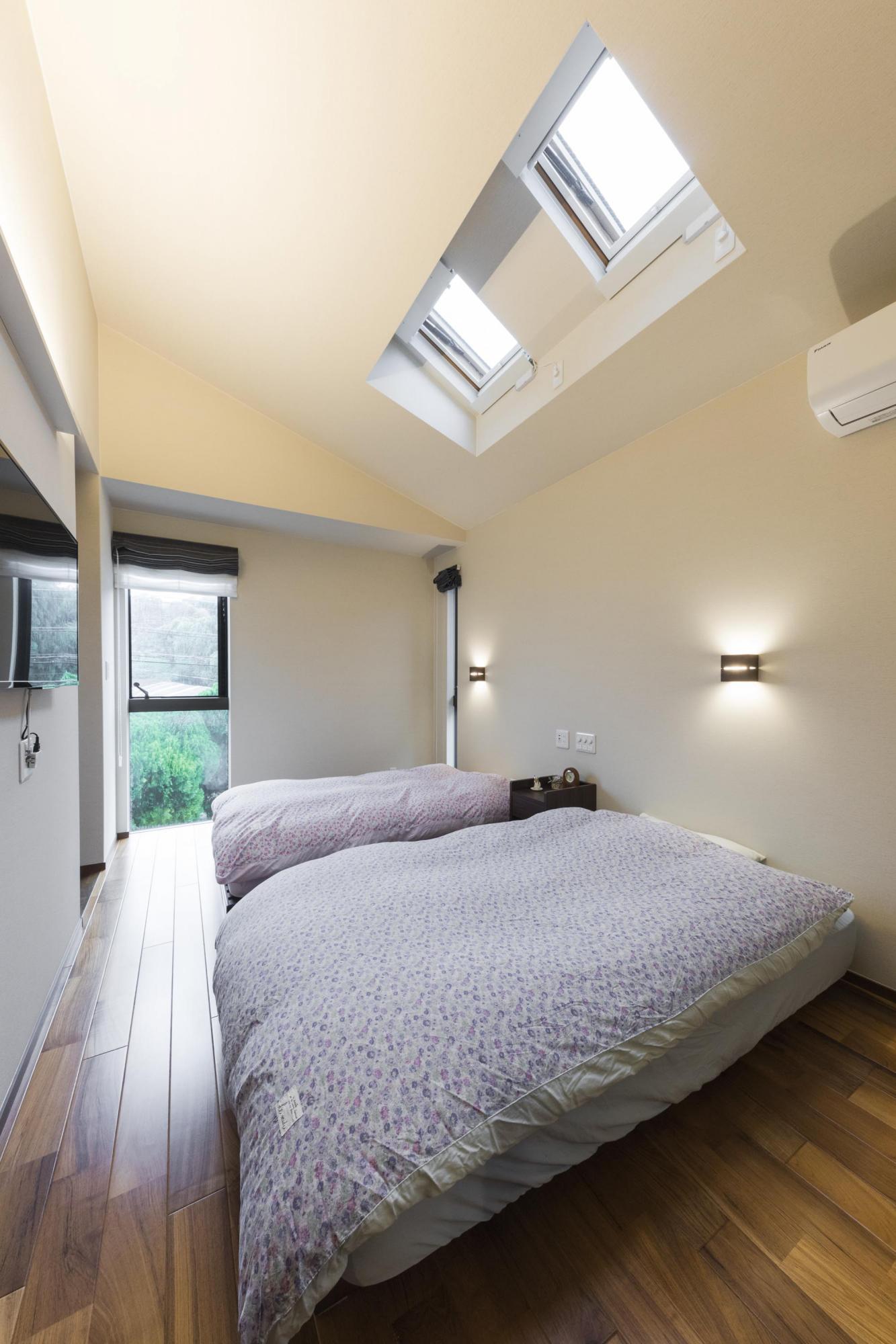 2階寝室。既存の寝室スペースを、寝室とウォークインクロゼットに変更。ウォークインクロゼットは、寝室と切り離すことで各自異なる時間軸で生活していることに配慮し、快適に過ごせるように設計