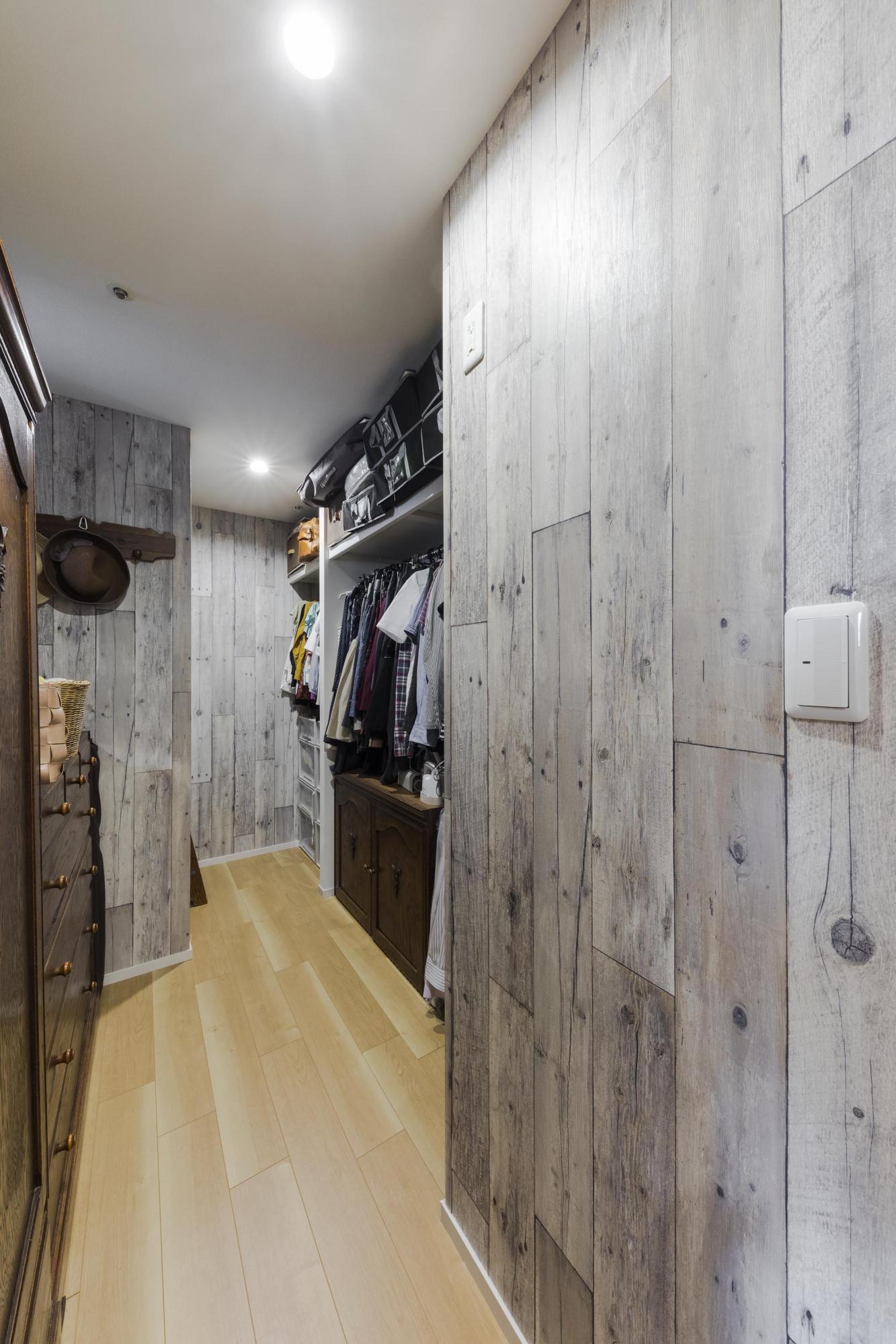 以前の和室の一角に大容量のウォークインクロゼットを設置。収納力もアップし、ウォークインクロゼット内で着替えもしやすくなったという。壁紙は夫人の希望で、グレーのウッド柄に。壁に荷物がぶつかっても傷や汚れが目立たないのが、気に入っているという