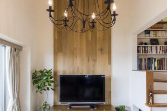 壁に無垢材を使う工夫で木質感溢れる空間を実現。ロフトを固定階段にして、収納も充実