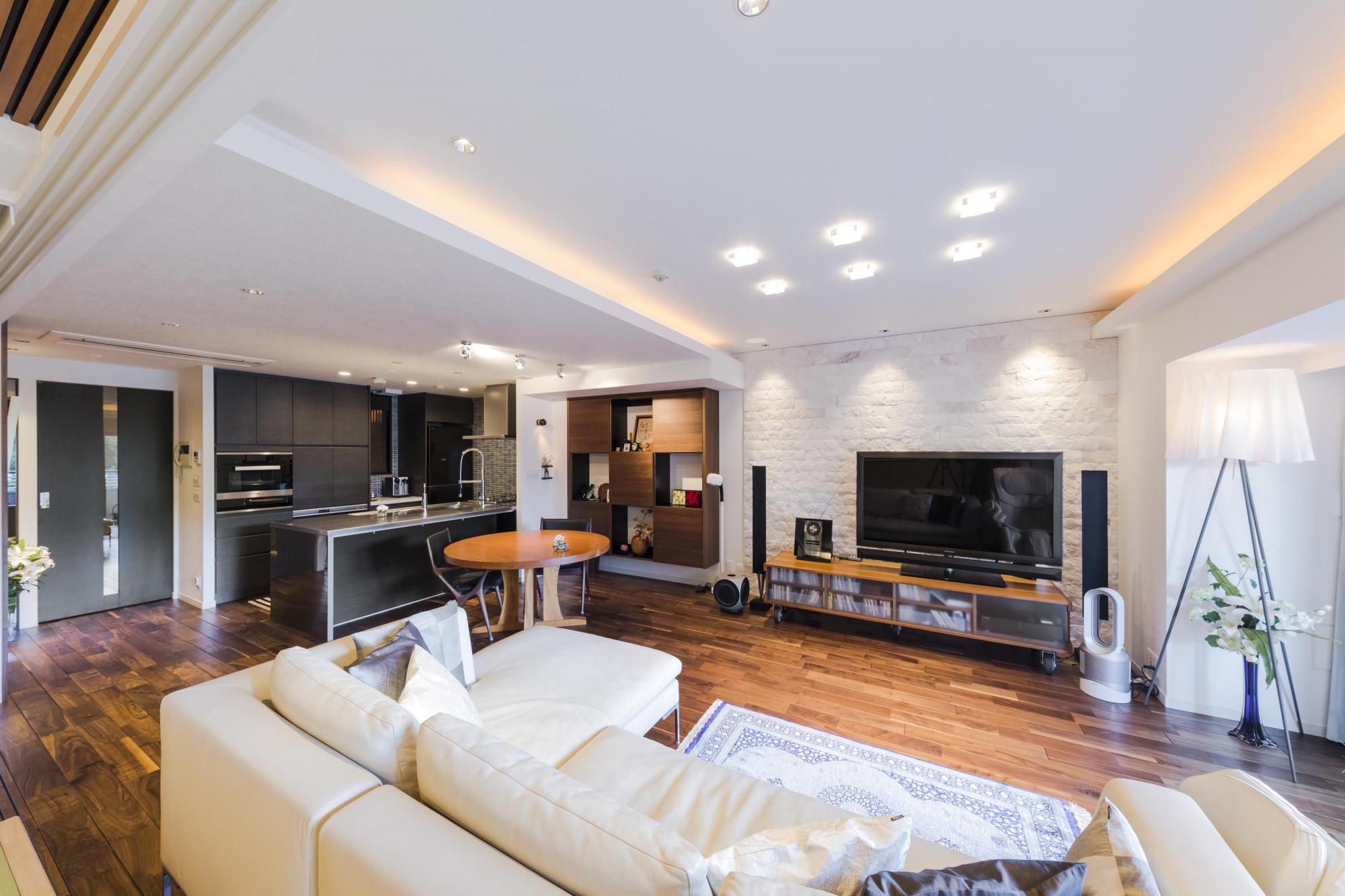 既存の和室の一部を取り去り、LDKに取り込むことで広々とした大空間を実現。もともとあった床暖房を活かしたいと考えていたTさんだが、「床暖房を諦めても、気に入ったものを」と、住友林業ホームテックが提供するウォルナットの無垢材を採用したという