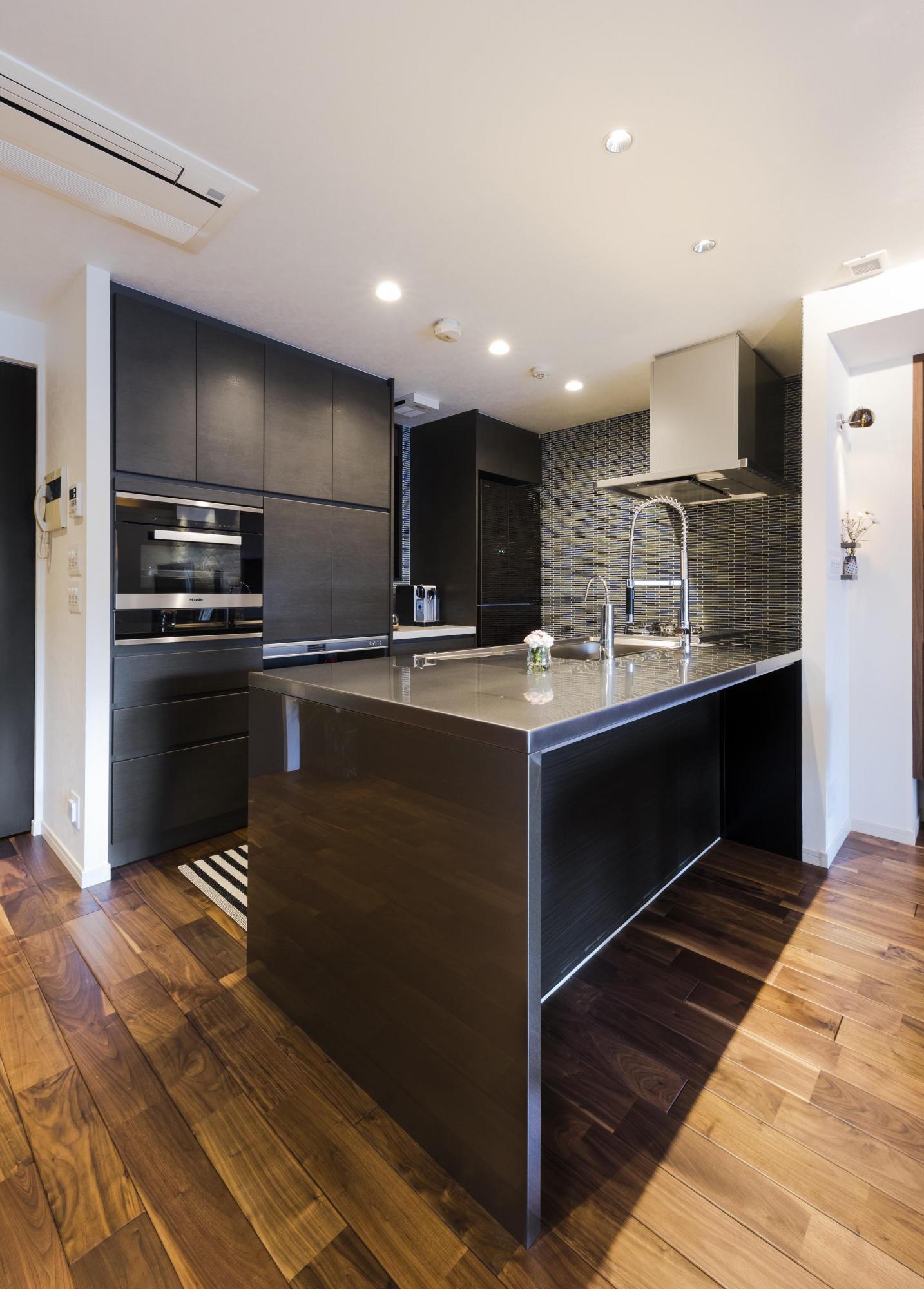 キッチンは広々としたオープンスタイルに。以前もカウンターキッチンだったが、吊り戸棚が付いていた。今回のリフォームでは、吊り戸棚をなくし、広々としたキッチン空間に。リビングにいるお客様との会話もより楽しめるようになったという。