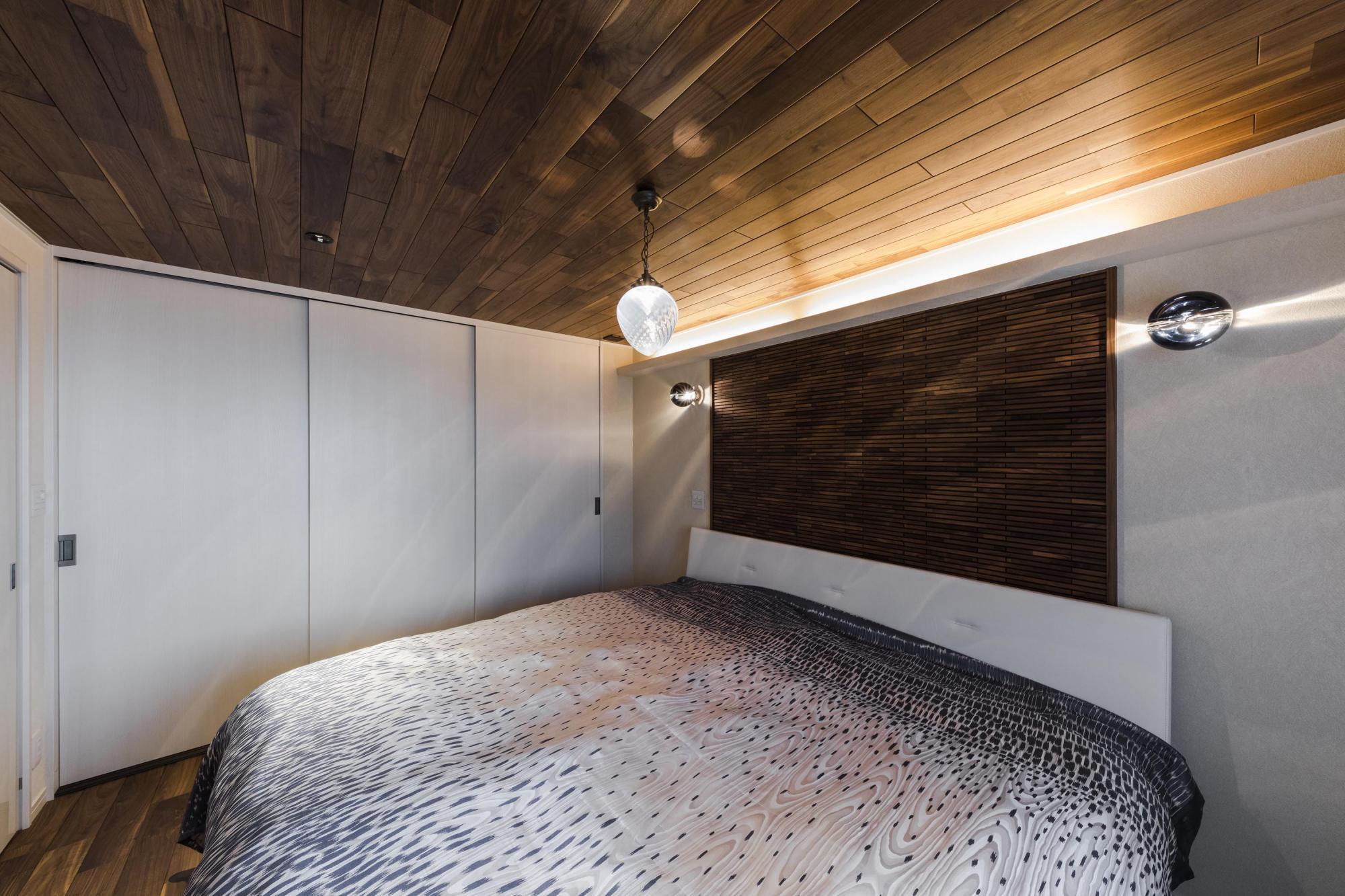 主寝室の床や天井、壁には温もりを感じられる木を採用。見た目の雰囲気や香りによるリラックス効果で、ゆっくりと寛げる空間に。間接照明による、柔らかな雰囲気が心地よい時間を演出する