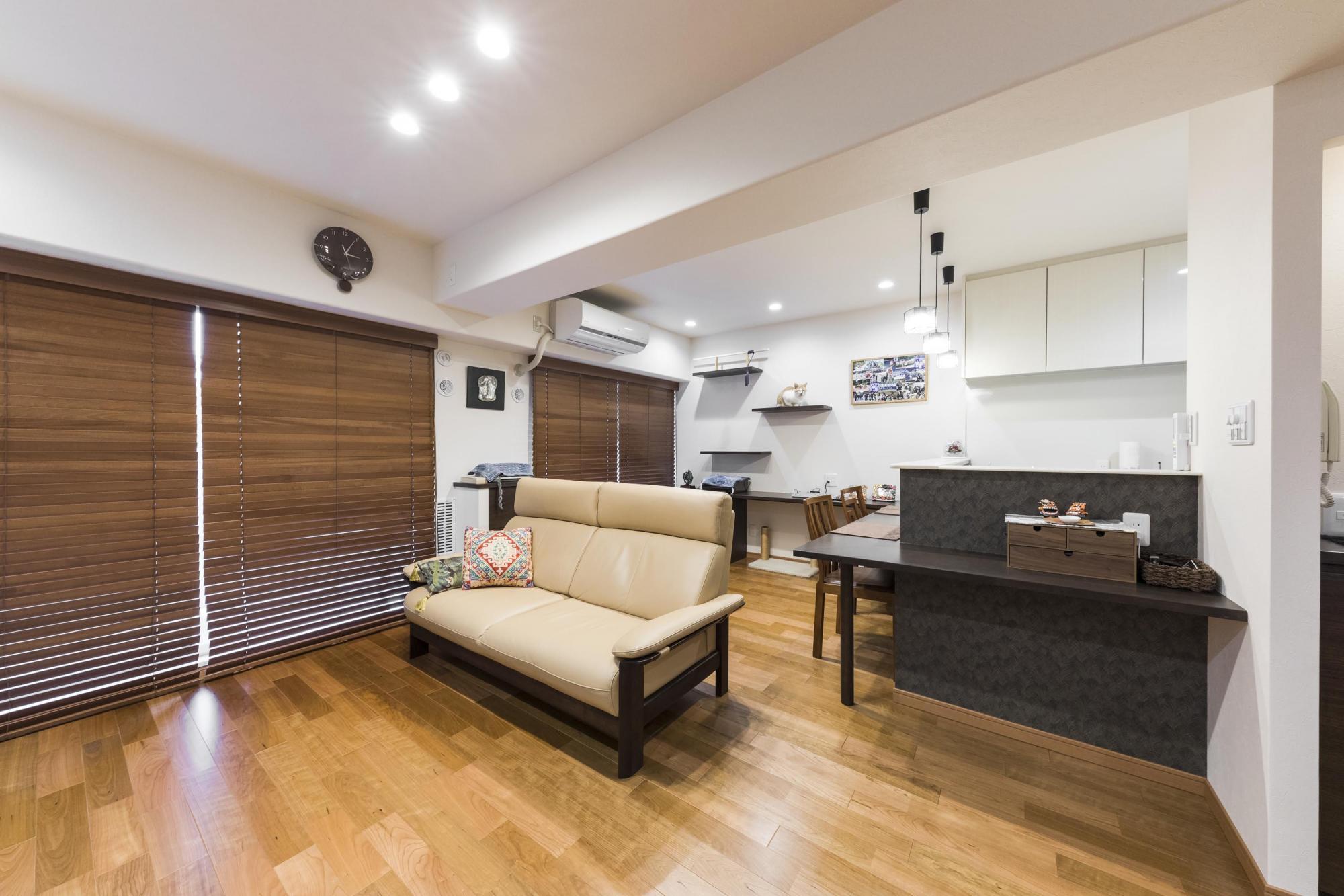 独立していたキッチンの壁を取り去り、以前の和室のスペースをリビングに取り込む間取り変更で、明るさと広さを両立させたLDKを実現。絨毯の床に長年不満を抱いていた夫人のリクエストで、床を木の温もり溢れるフローリングに変更。「念願がやっと叶い、手持ちの家具とマッチする床になったと思います」と夫人