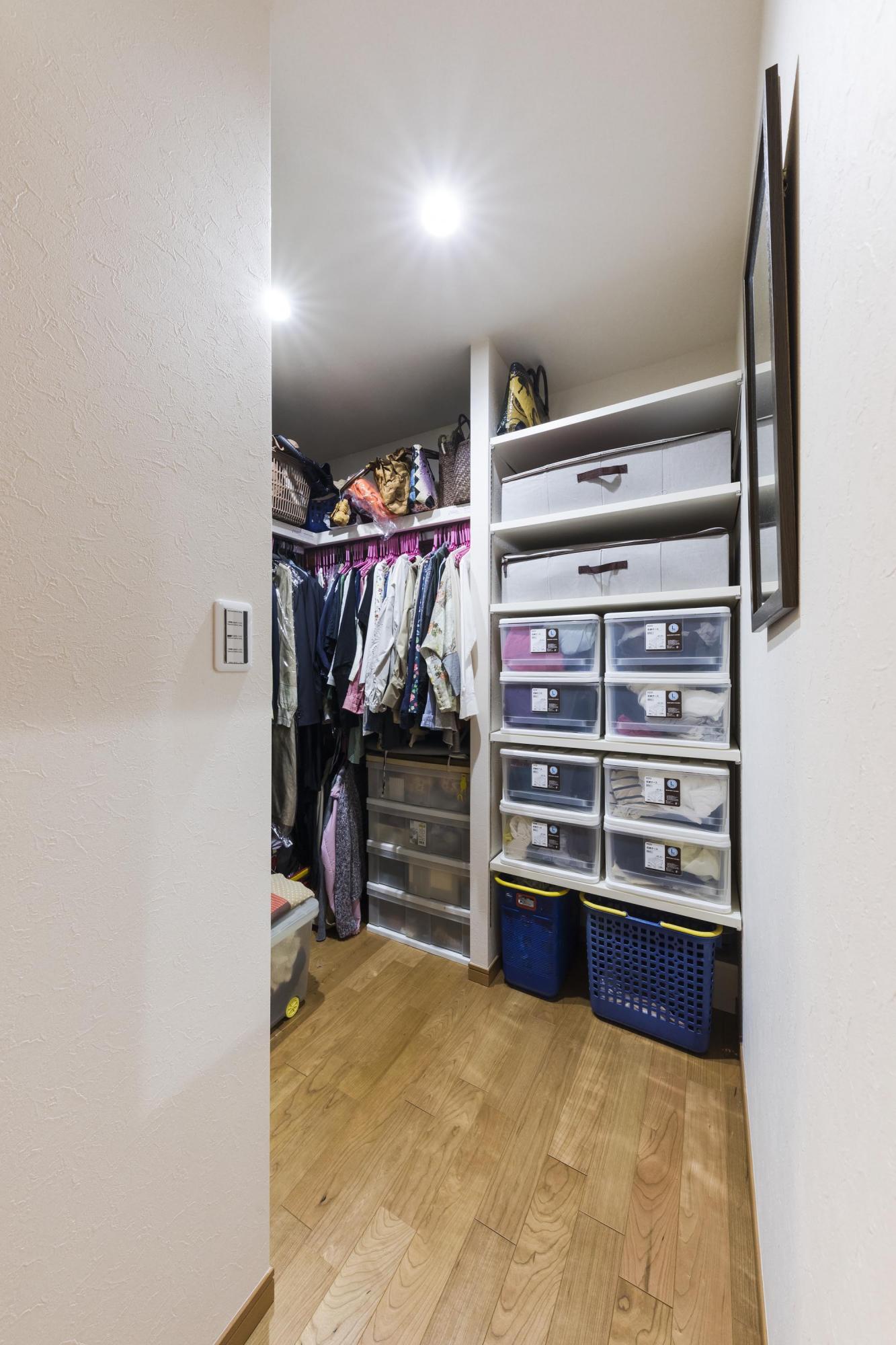 以前の洋室だったスペースの一部を使って、ウォークインクロゼットを新設。少なかった収納を充実させることで家の中が片付き、快適な暮らしを満喫されているご夫妻だ