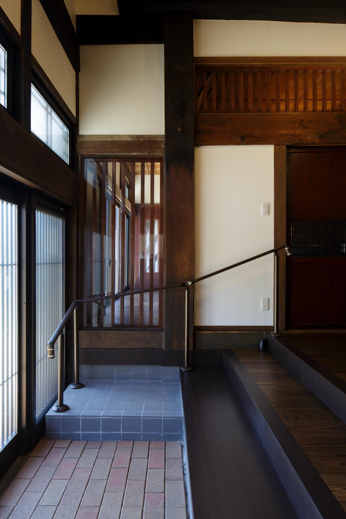 以前より広々とした玄関は、お母様の安全性を考えて手すりを設置した。