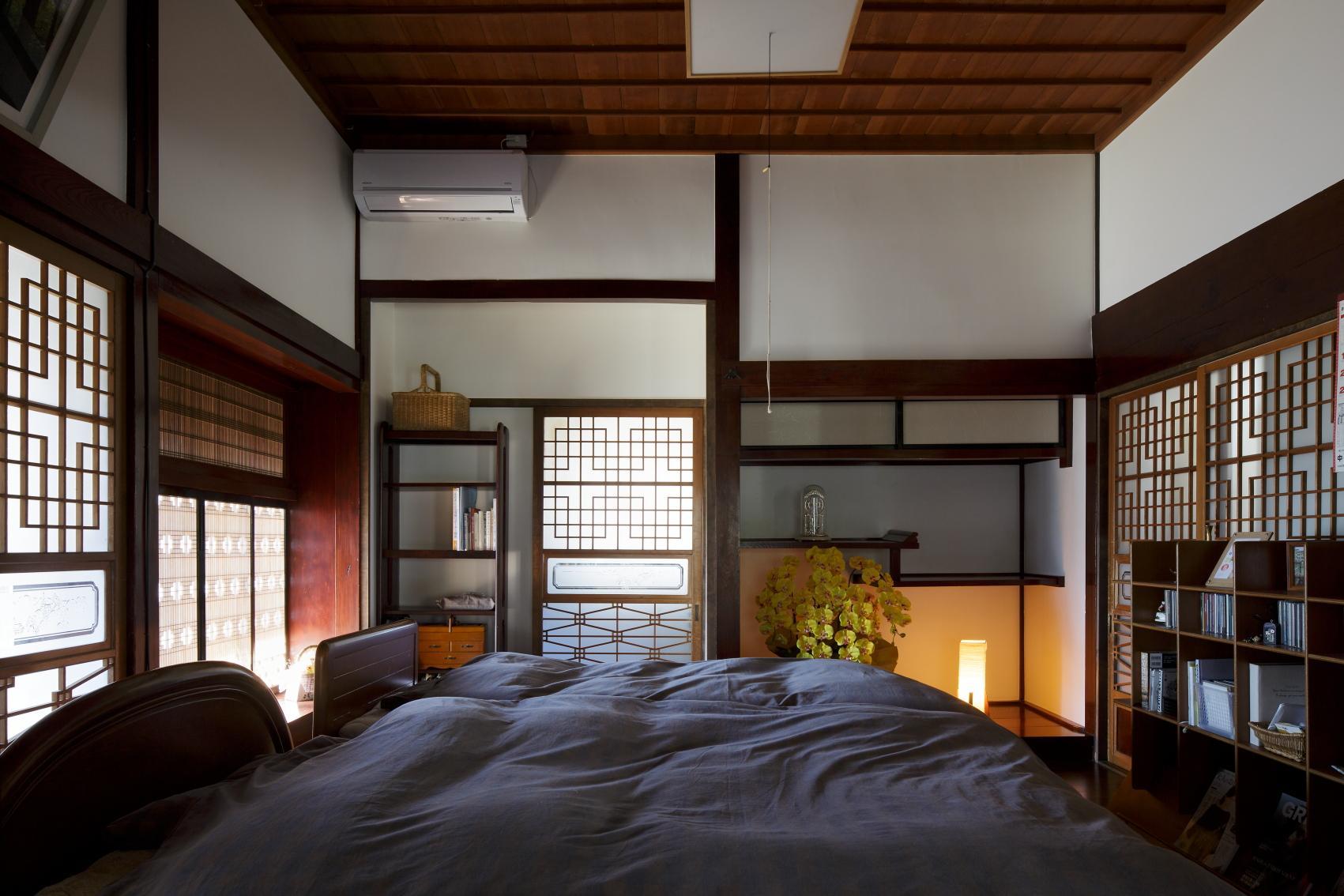 ニ間続きの和室の一方をフローリングにしてベッドを置いた。床の間があった場所には、ウォークインクロゼットへと続く引き戸を設けている