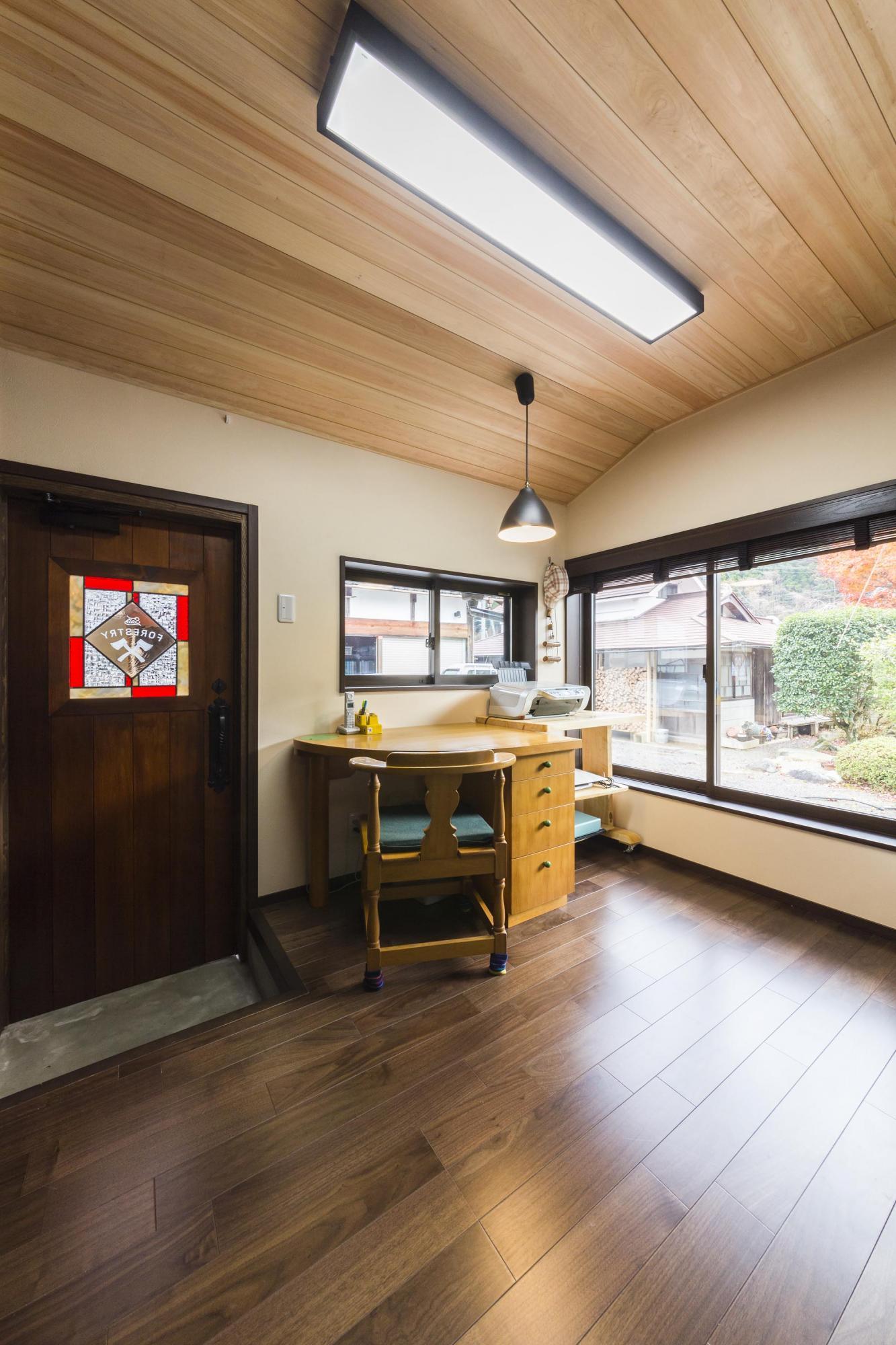 東南角部屋の明るいご主人の書斎。扉には息子さんの友人のデザイン作家に作ってもらったステンドグラスが嵌め込まれている。