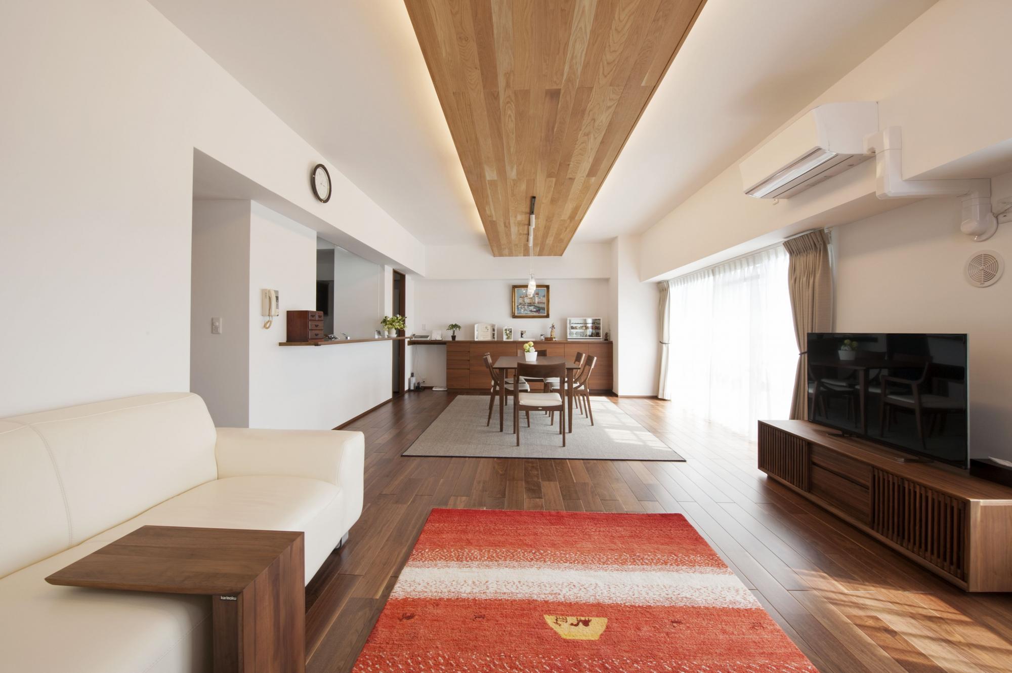 和室を取り込み、広々としたLD。無垢のオーク材を貼った飾り天井とその両サイドに入れた間接照明が空間をモダンに演出している。