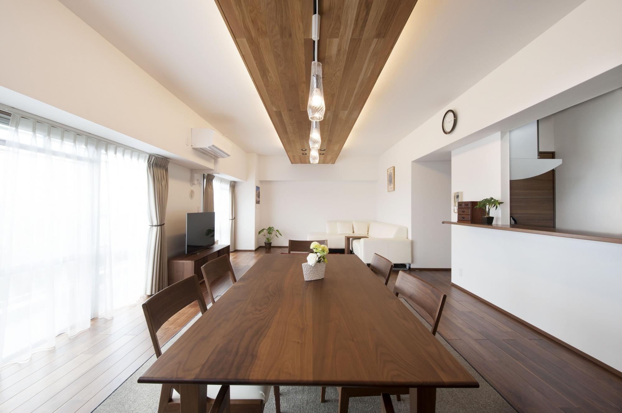 元々天井が低かった和室部分は、リビングと同じ高さに天井を上げてひと続きの空間に。家具はインテリアにあわせてコーディネートした。