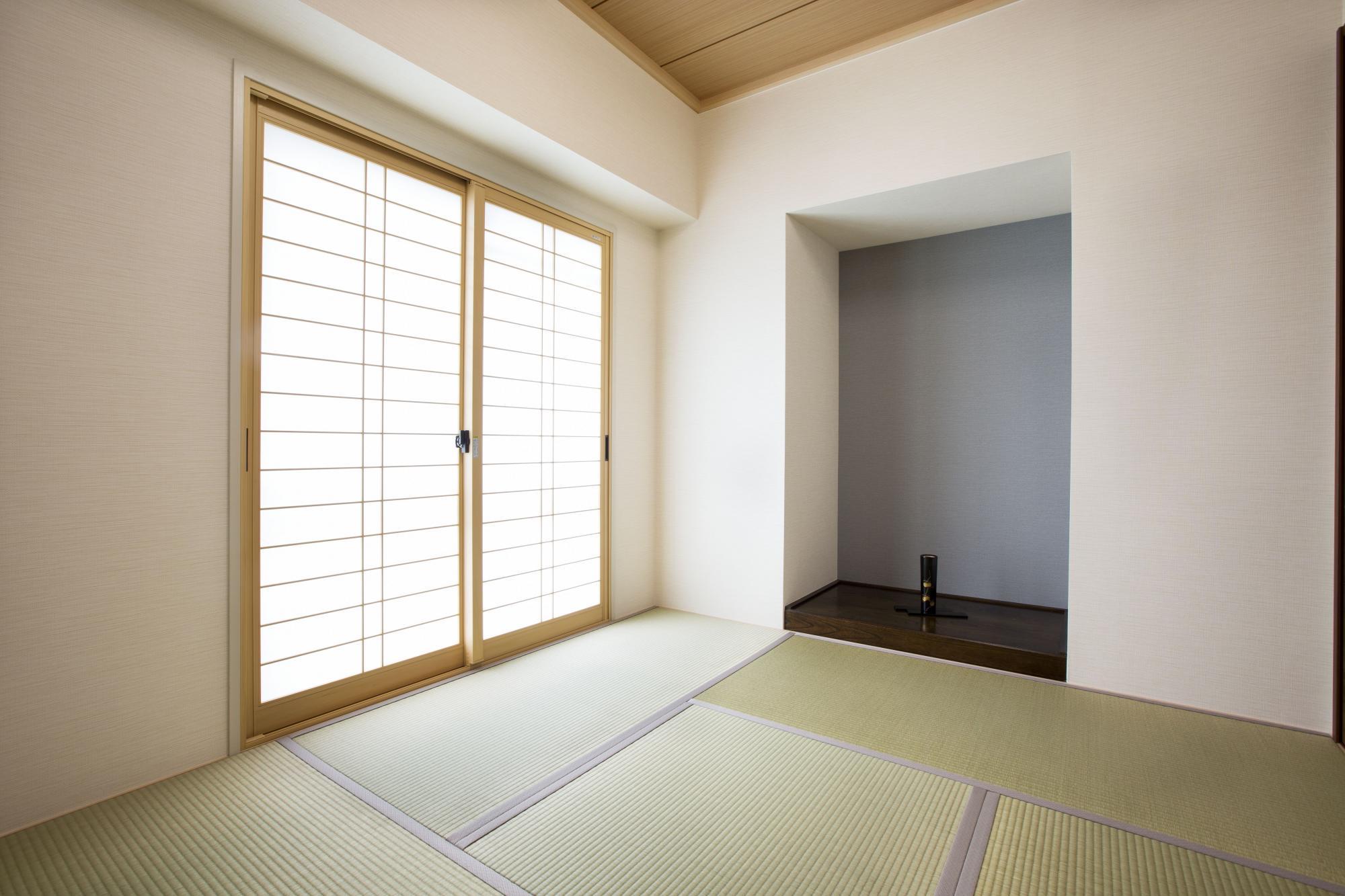 既存の洋室を4.5畳の和室に。クロゼットをなくして床の間風に仕上げた。障子タイプの内窓は気密性を上げ、結露も防いでいる。