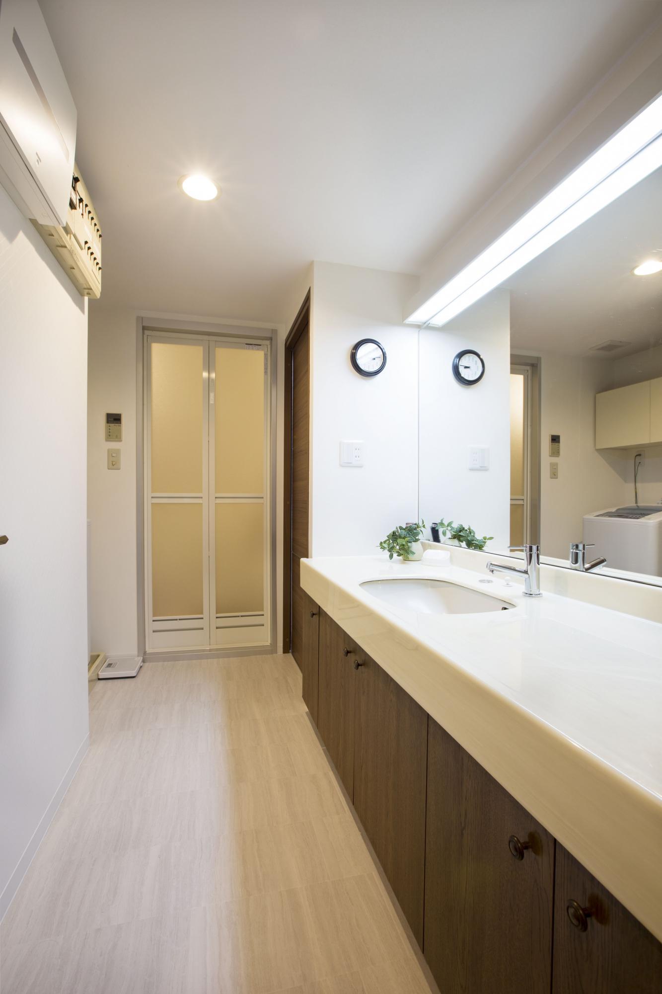 床は掃除がしやすい天然石風の白いクッションフロアに貼り替えて明るく清潔に。