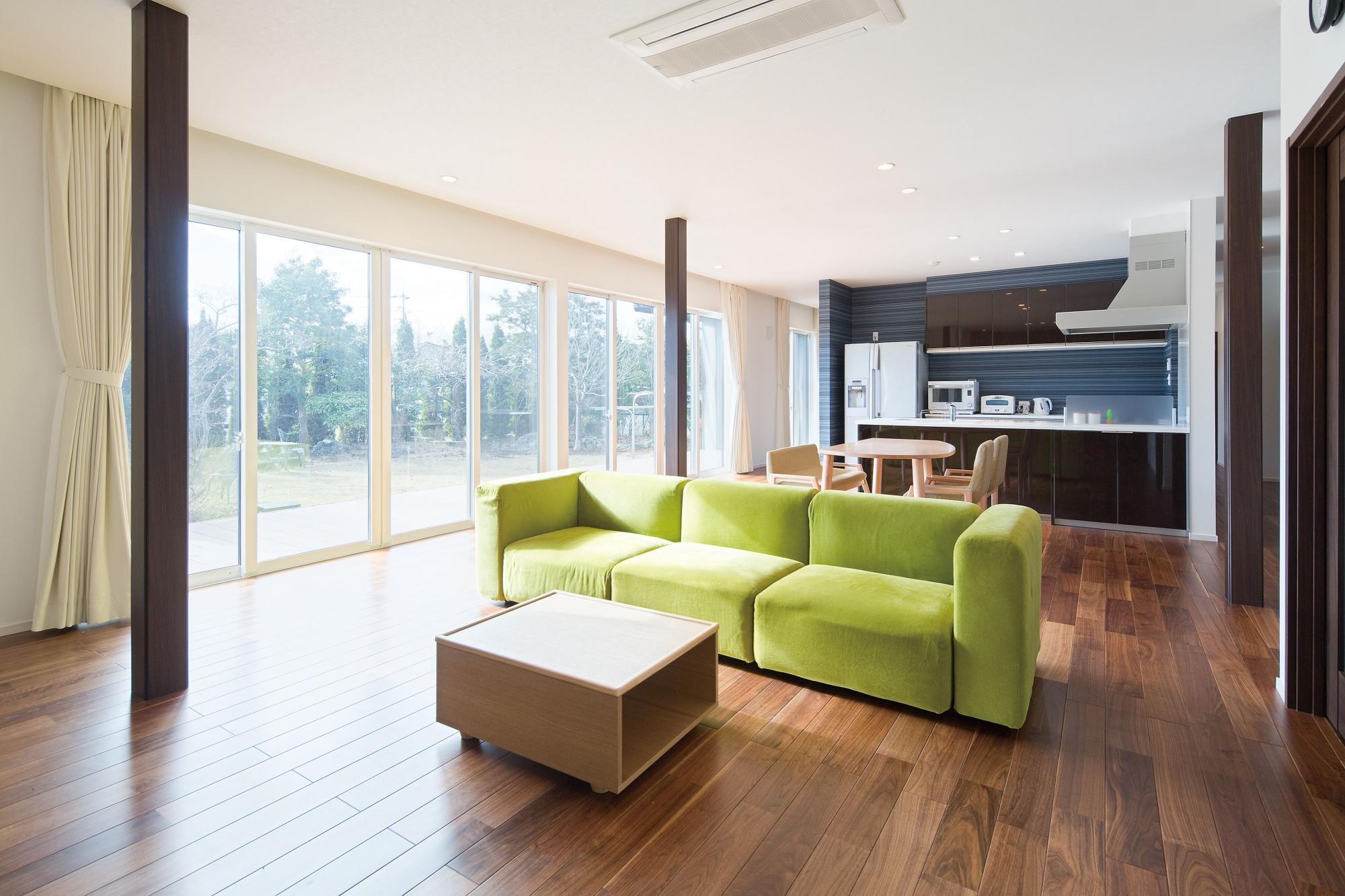 既存の居間と2つの和室、広縁などをひとつの空間にし、広々としたLDKを実現。大開口の窓を設けて明るさを確保。ウォルナットのフロアには床暖房を設置して寒い冬も暖かく過ごせるようになった。
