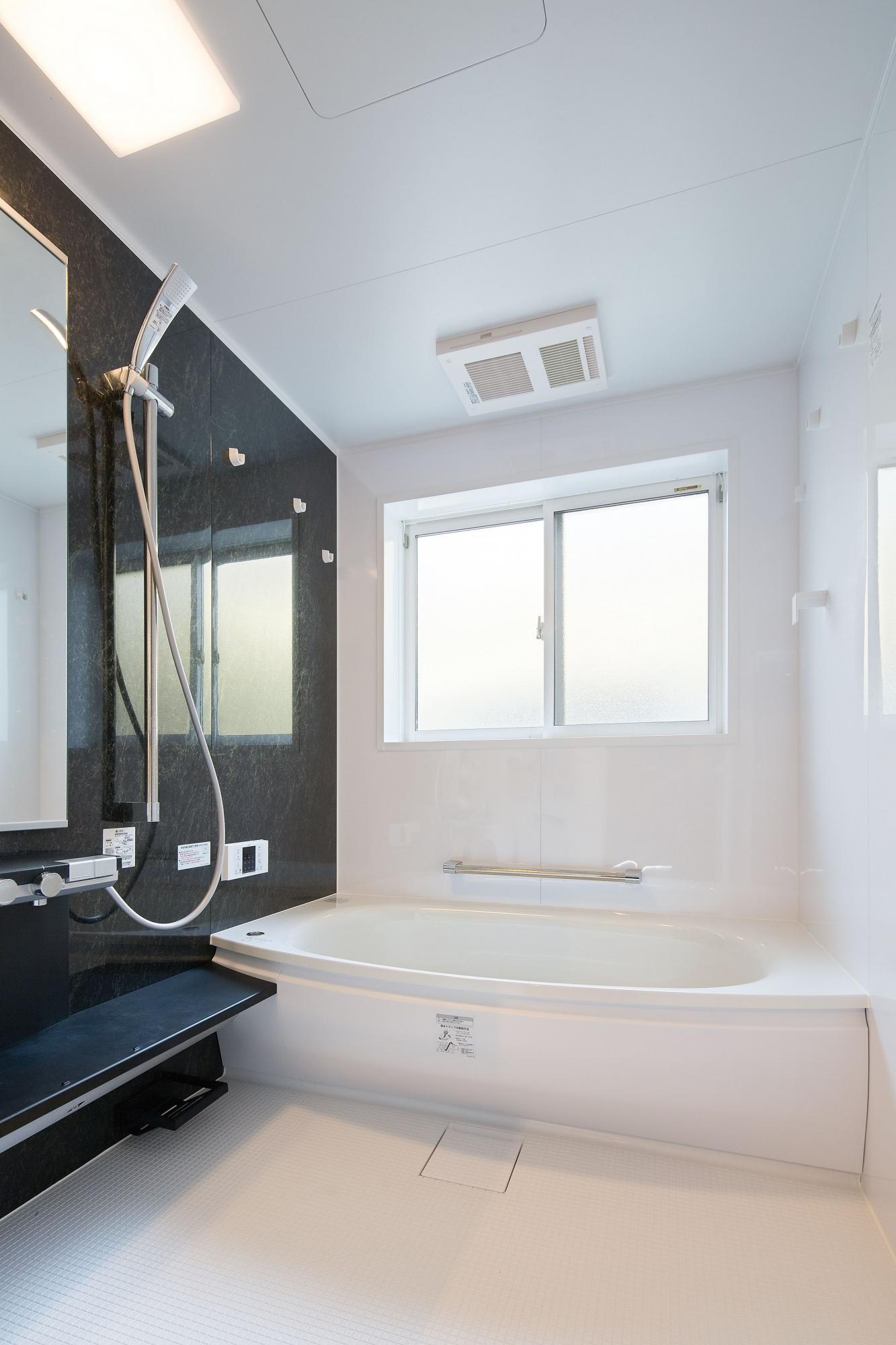 白とブラウンの配色でコーディネートしたバスルームは配置を変更し、洗い場のスペースを広げている。