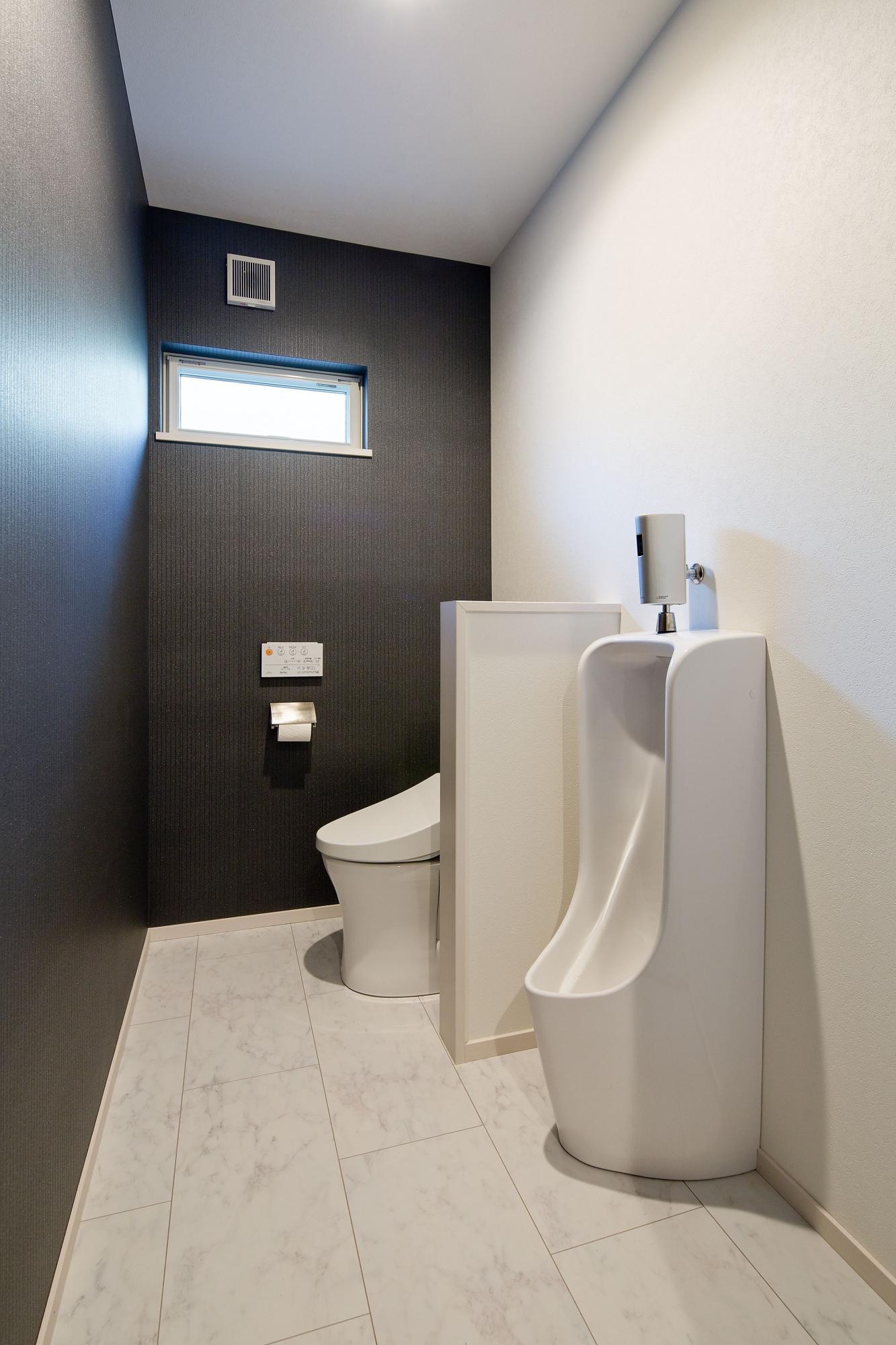 トイレは2カ所に計画。こちらの新設したトイレには大便器の他に小便器も設置し、トイレの外には来客用の手洗い器を設けた。