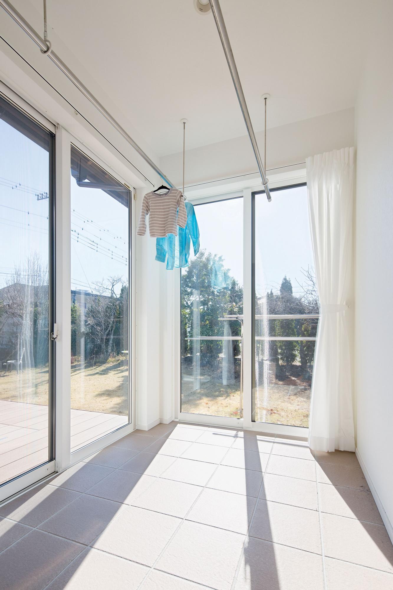 奥様の希望によりサンルームを設置。雨の日でも洗濯物が干せるので便利。