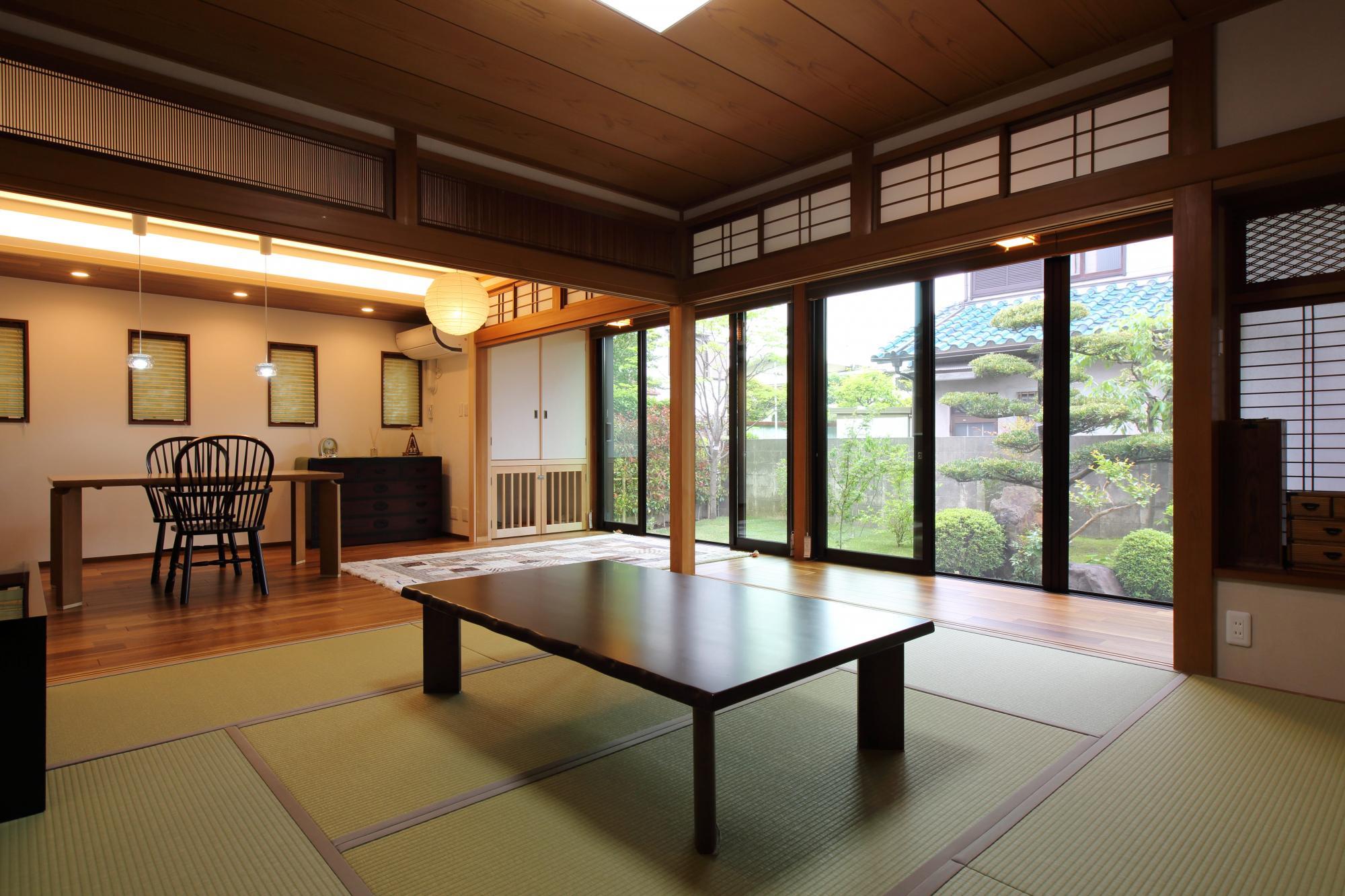 和室の襖や障子を開けるとLDと一体感のある空間に。南側の広縁の開口部を、大型サイズのサッシ窓に取り替えたことで十分採光が取り入れられ、庭の景色も楽しめるようになった。