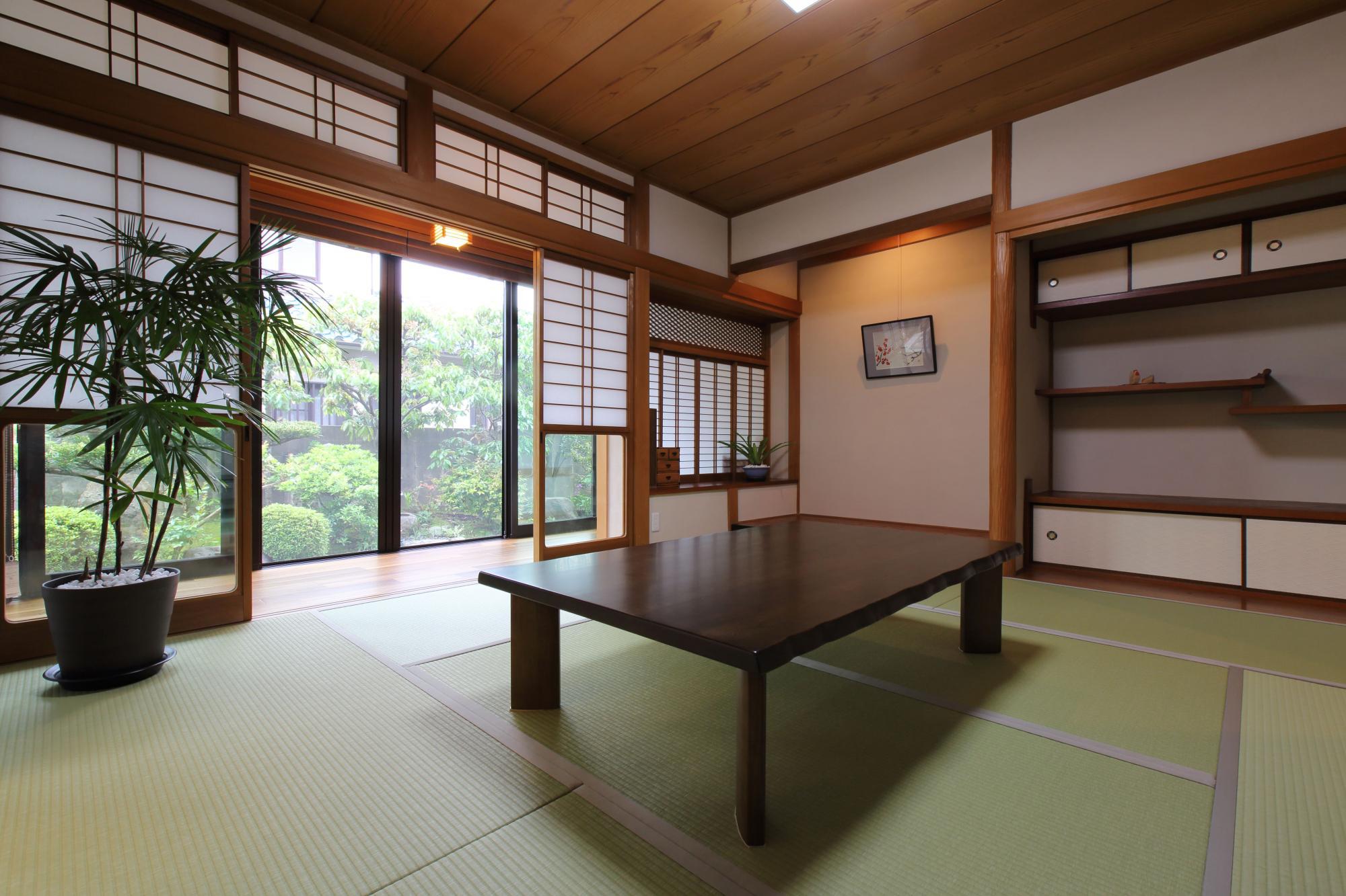 書院造りの落ち着いた和室はご主人のお気に入り。木部の染みや汚れを落とし、壁を塗り替え、畳はメンテナンスがラクな和紙畳に。