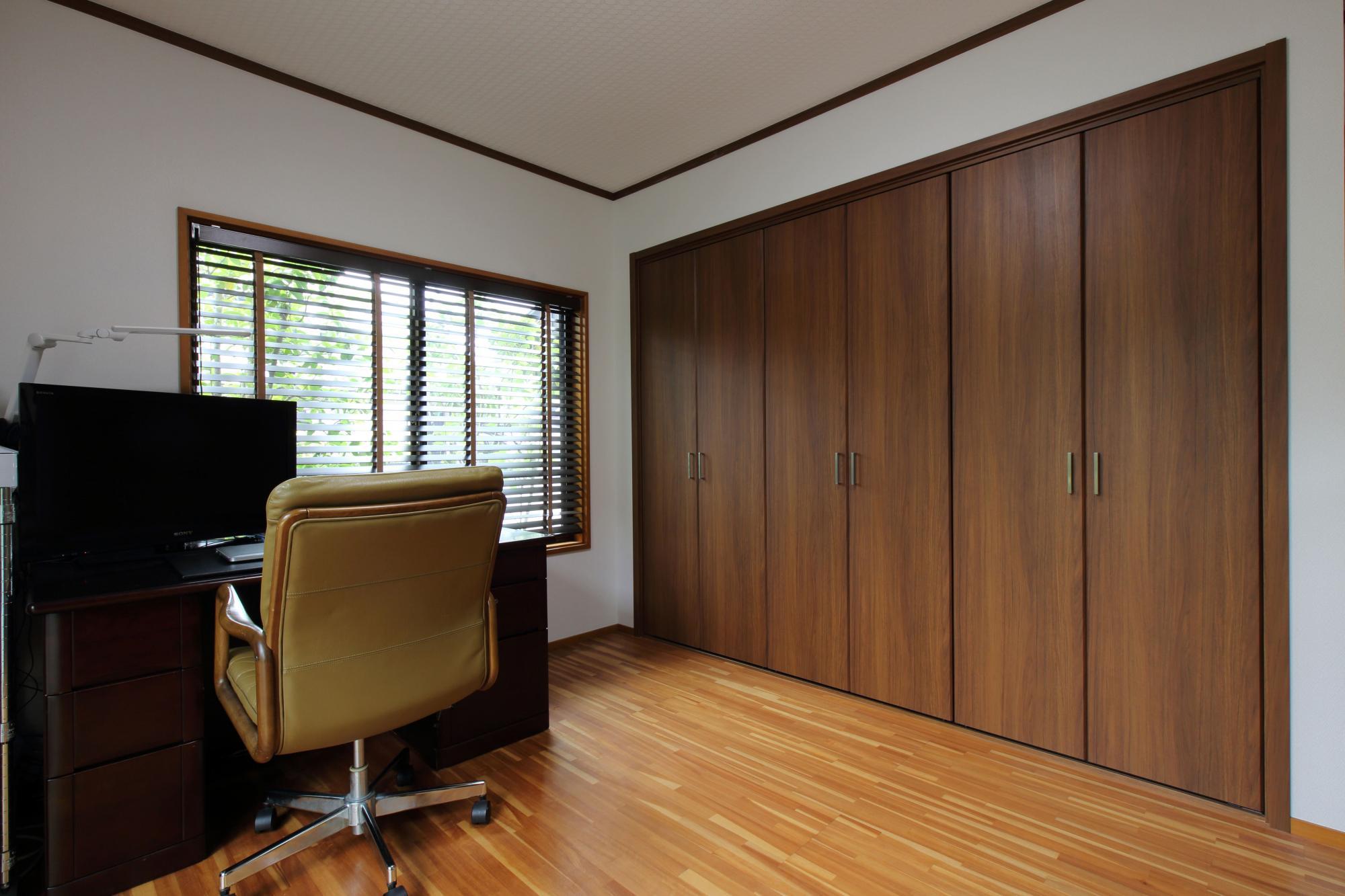 南向きの明るい応接室を書斎に変更。大容量で使いやすい壁面収納を設置した