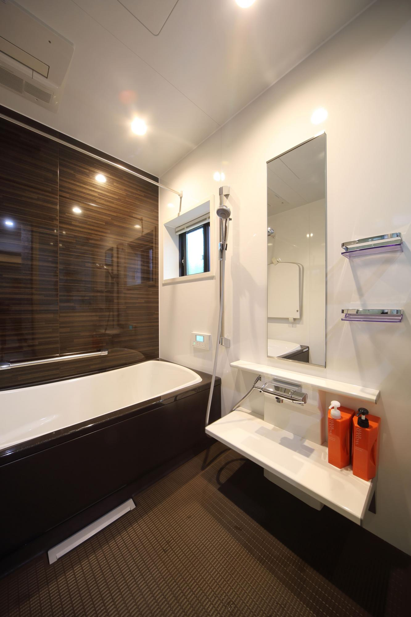 バスルームはご主人の希望で広さを確保し、ゆとりのサイズに。洗濯物を室内干しできる浴室暖房乾燥機付き。