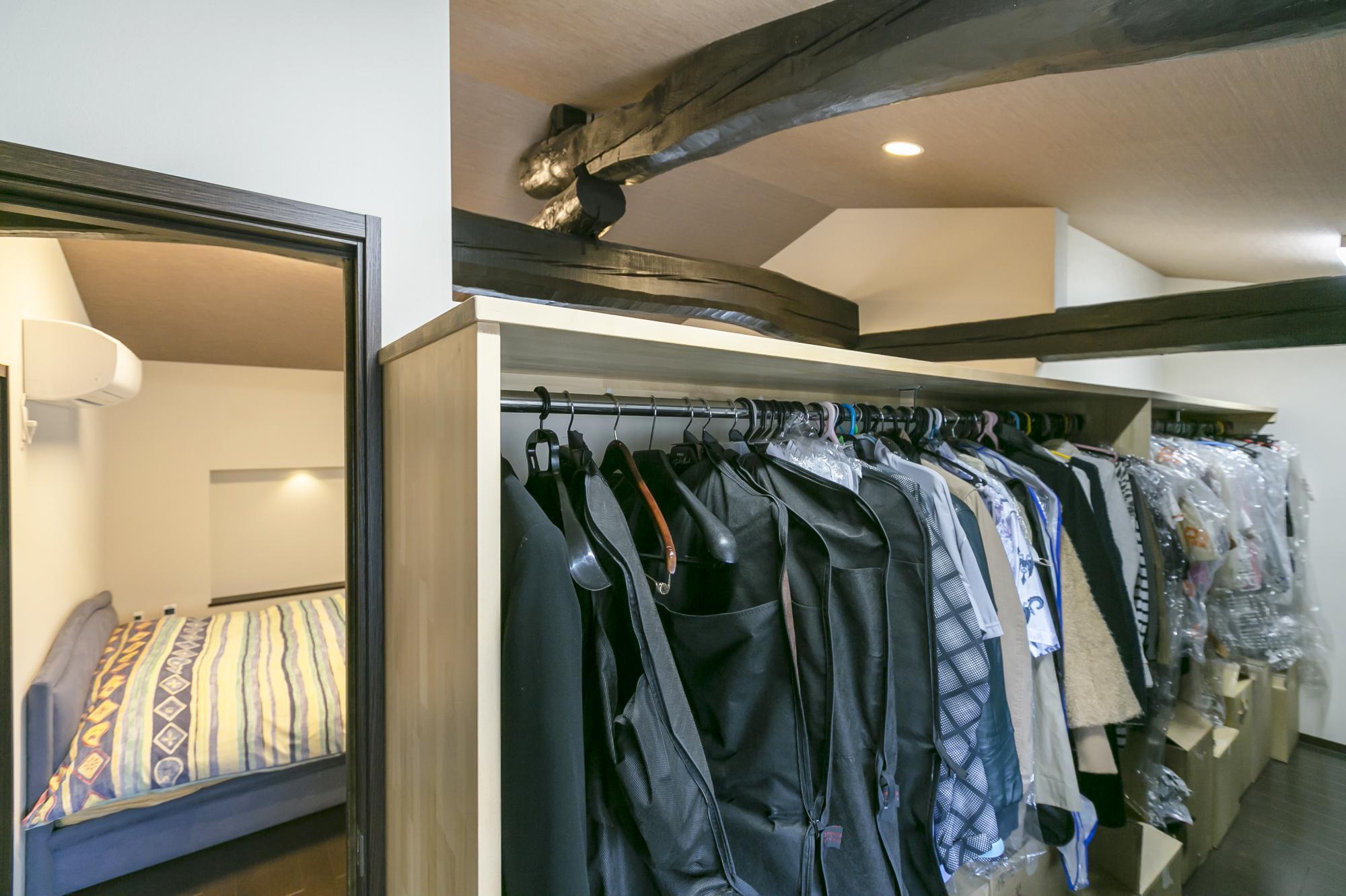 寝室の隣りにウォークインクロゼットを配置。既存のタンスが収まる広さを確保し、衣類が掛けられるハンガーラックも造作した。