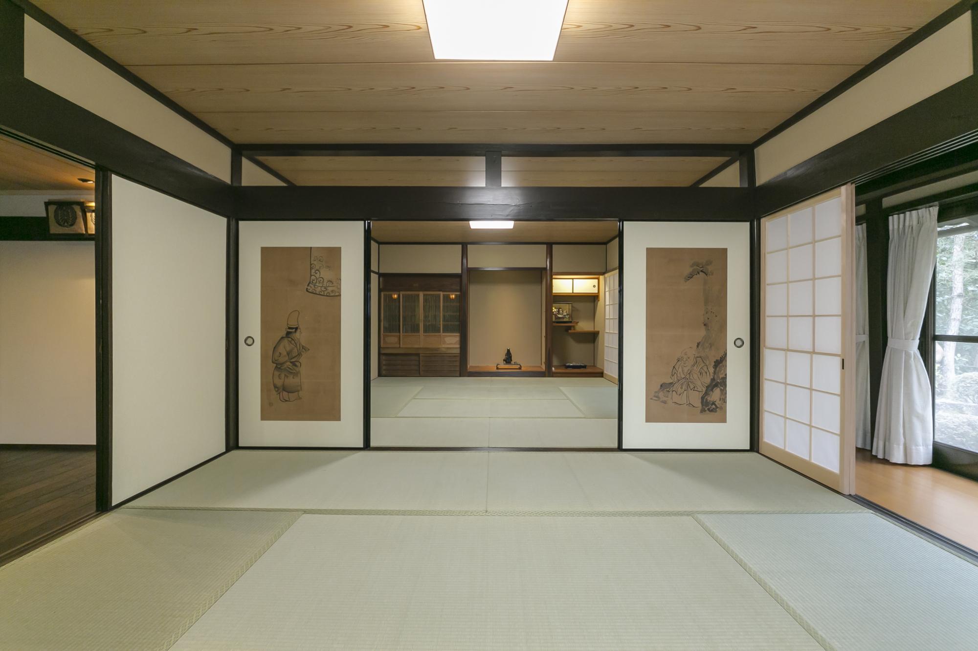 奥の仏間は6畳から8畳に広げ、床の間や違い棚の床板はケヤキを使用。畳はニ間とも新しく取り替え、襖絵は修復している。
