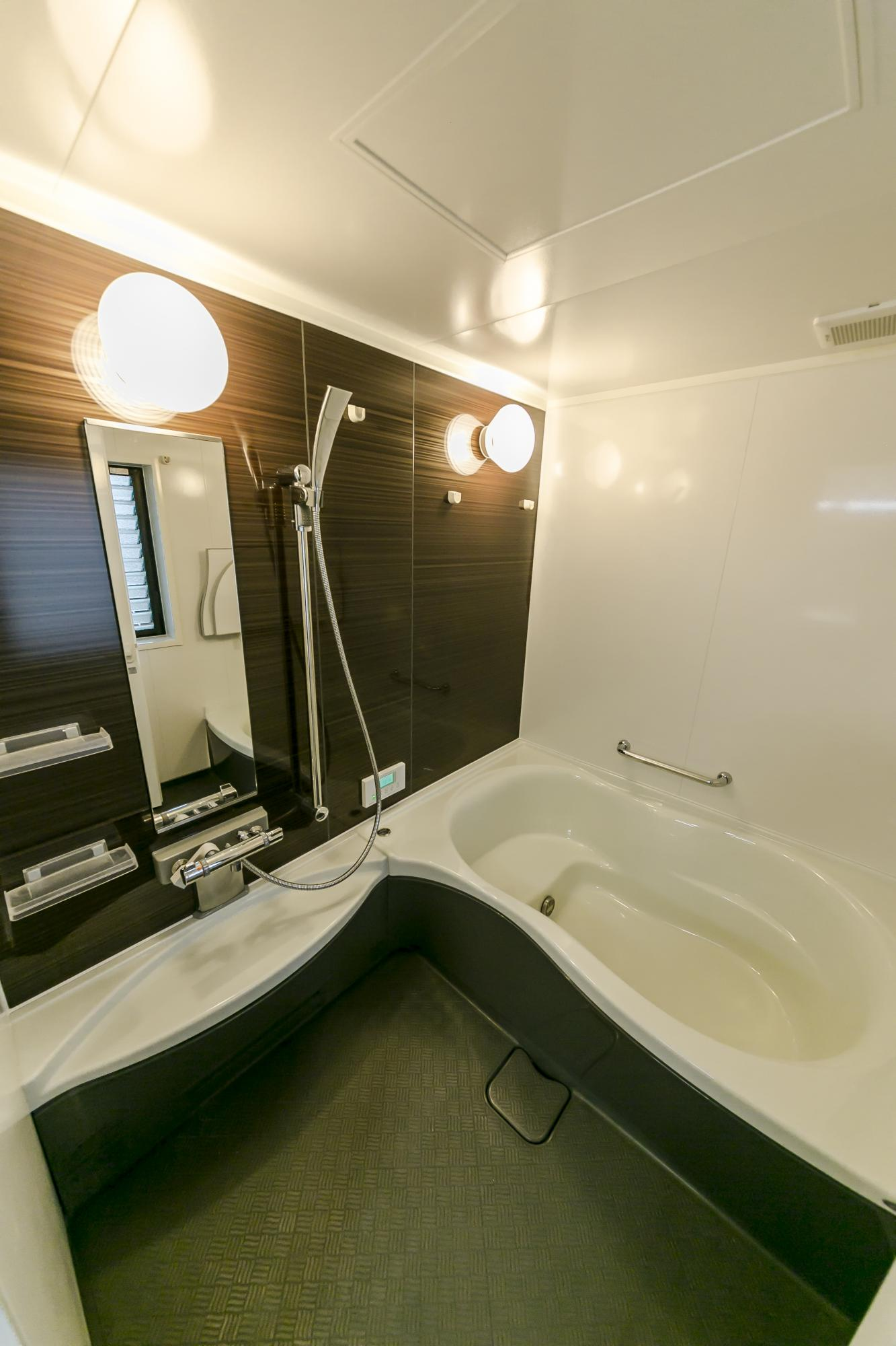 外にあった浴室は母屋に配置。広さも確保し、最新機能を備えたバスルームに。