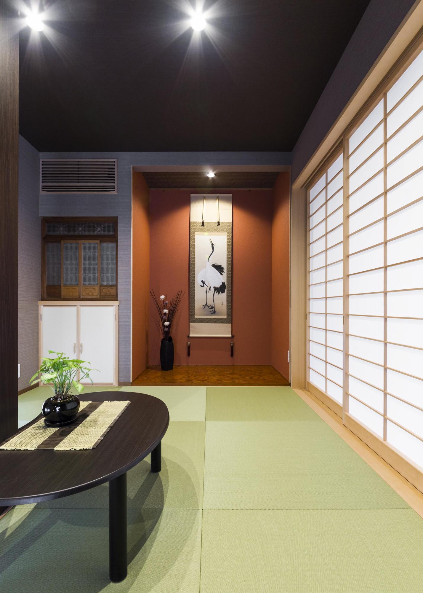 小上がりの和室は通常フルオープンにしてLDの一部に。また扉を閉めてゲストルームとして使用。仏壇スペースと床の間も確保した。