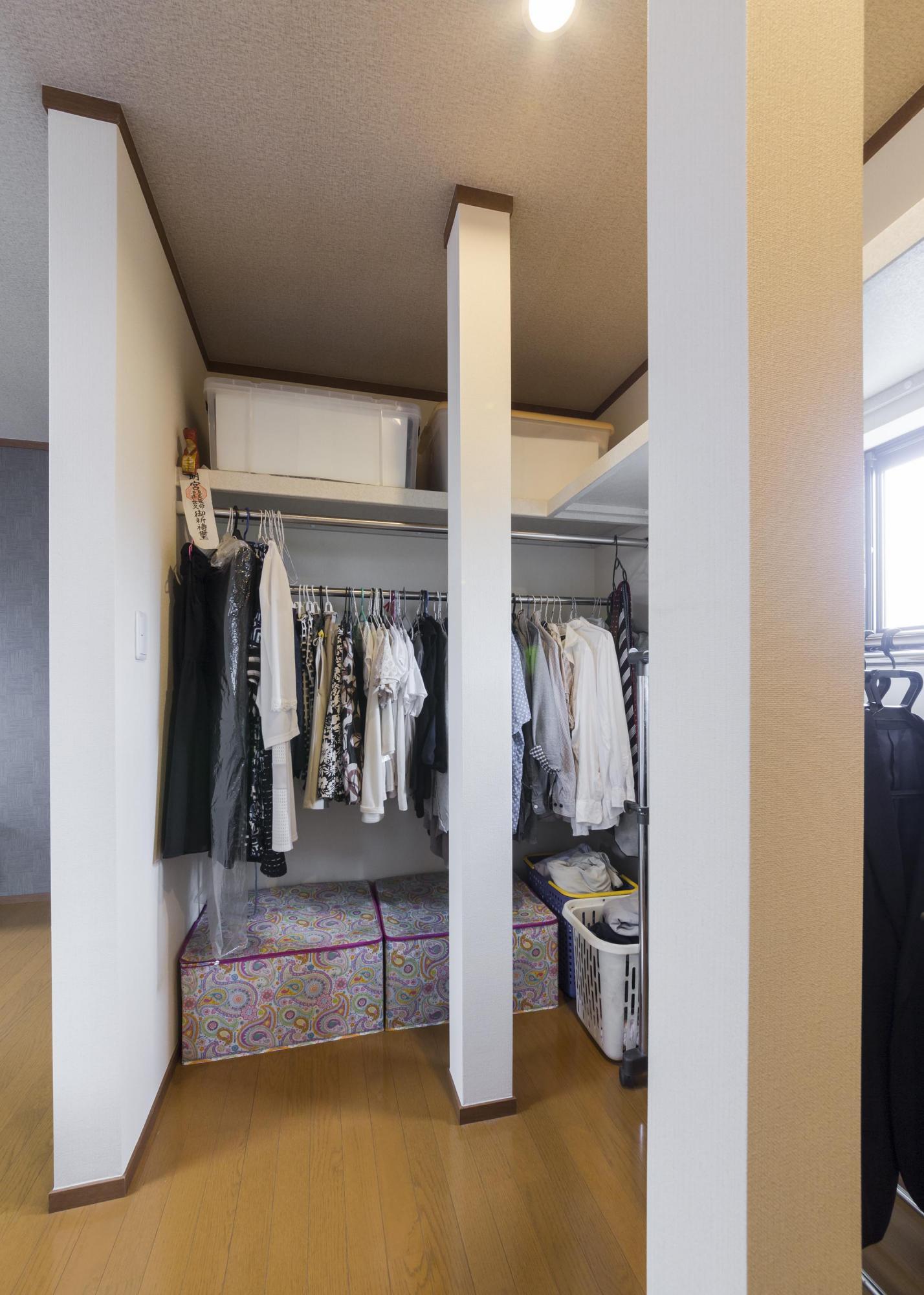 寝室に続くウォークインクロゼットは左右いっぱいにスペースをとり、十分な収納量に。窓を設けて通気性も考慮した。