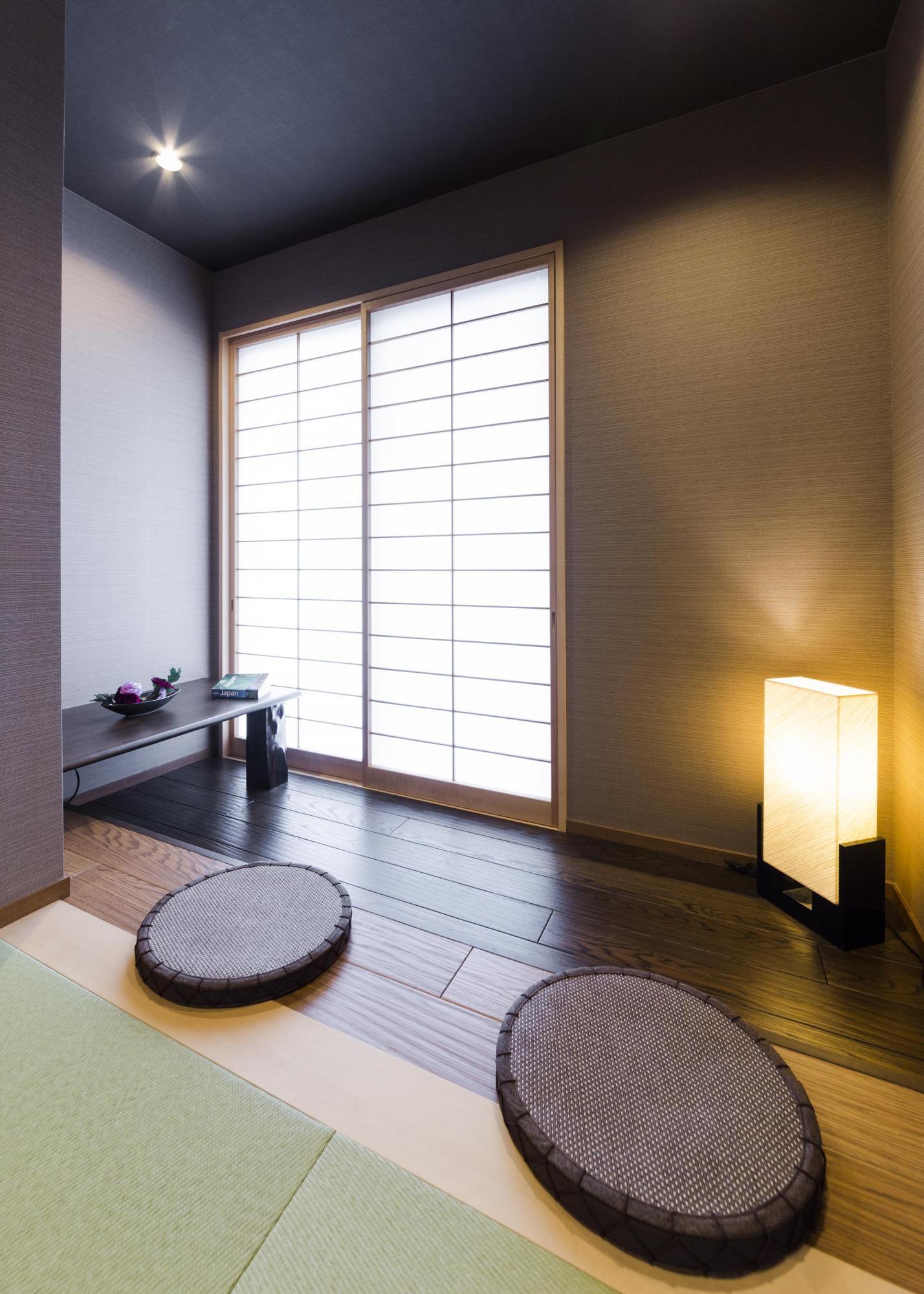 和室の一角には趣のある月見スペースを設けた。造作したテーブル部分はLDから奥まった空間なので書斎としても活用している。