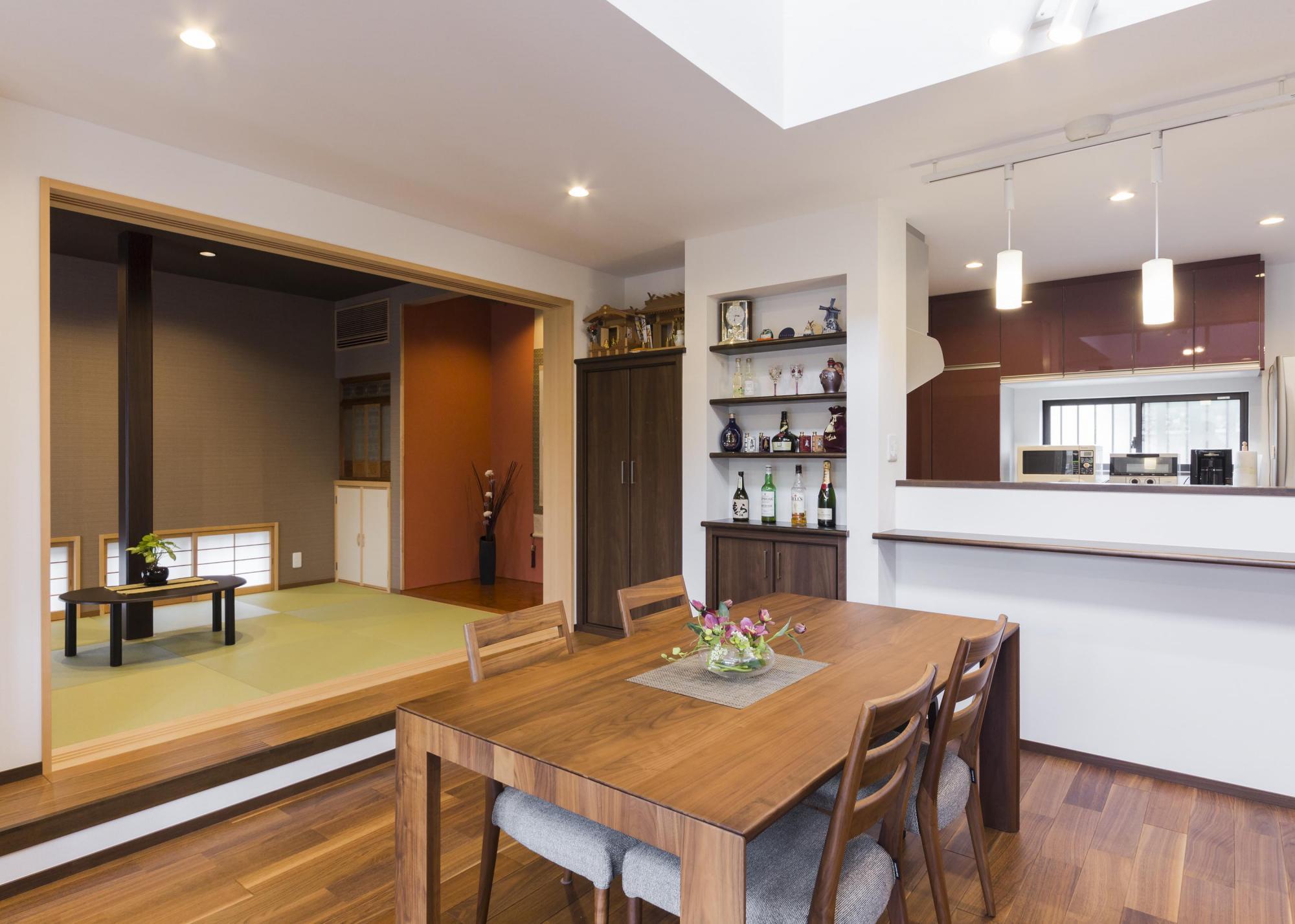 ダイニングの壁面にはお酒を嗜むご家族のためにボトルをディスプレイできる棚を造作。小上がりの和室は食事の後くつろげる空間に。