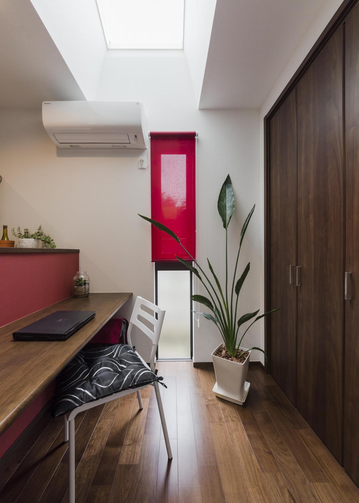 キッチン脇の「ミセススペース」は北側でも天窓を設けて明るい空間に。愛犬の食事をする場所としても活用している。写真右扉は収納。