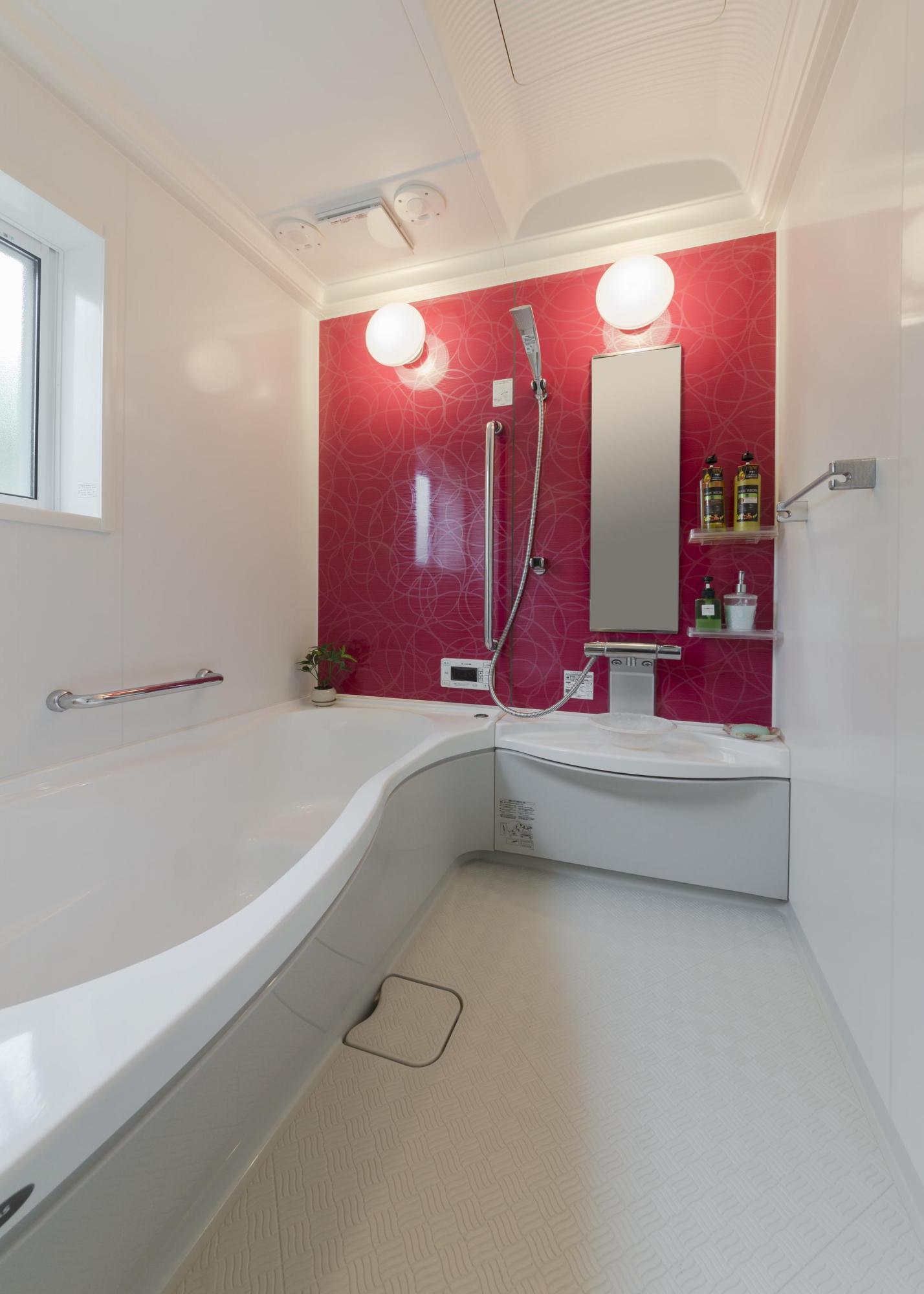 バスルームは北東に移動し、浴槽も洗い場も広さを確保。アクセントカラーに個性的なレッドをセレクトした。