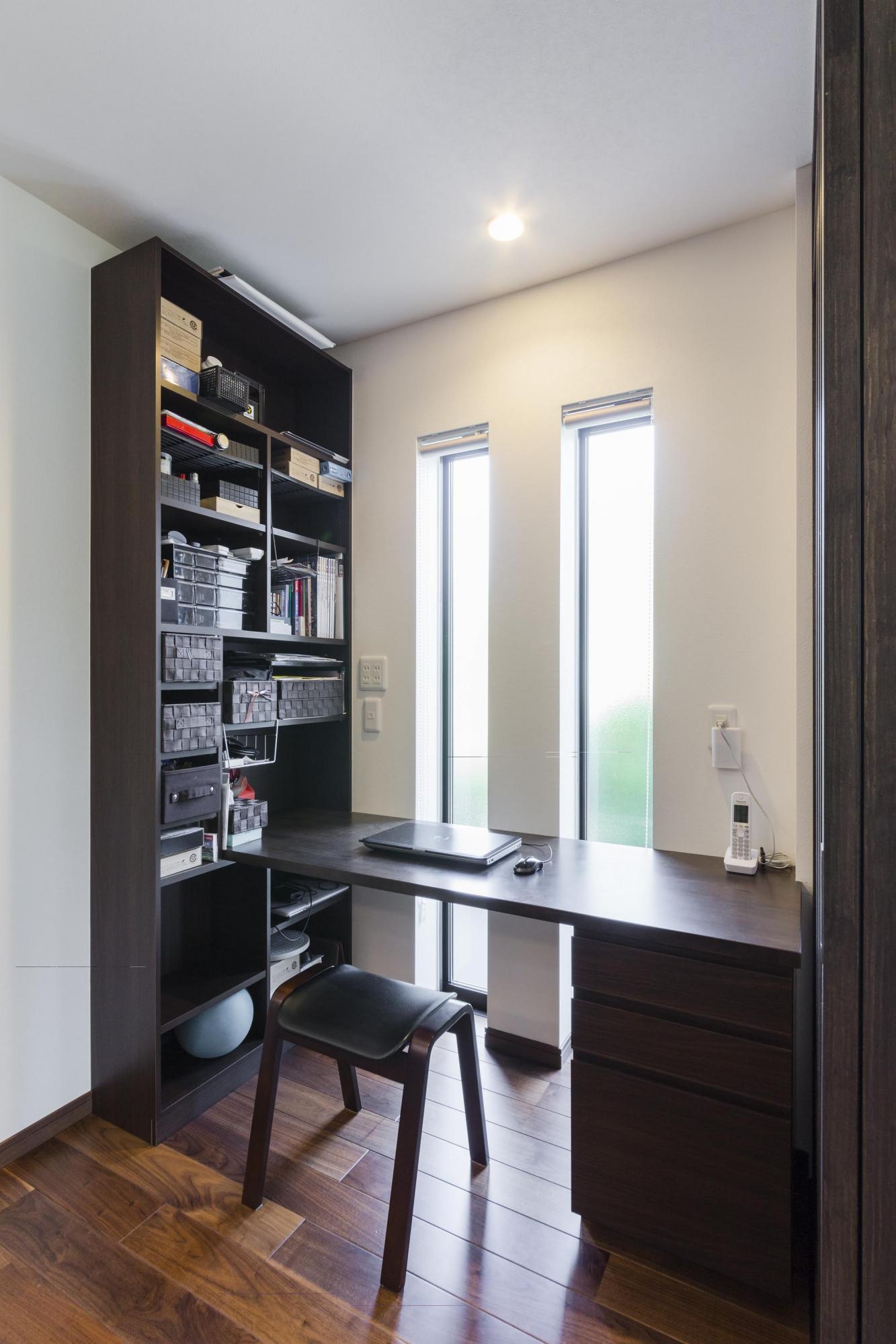 DKの空間に家事コーナーを設けた。カウンターは当社オリジナル造作家具シリーズを採用。縦長のスリット窓から光を取り入れている。