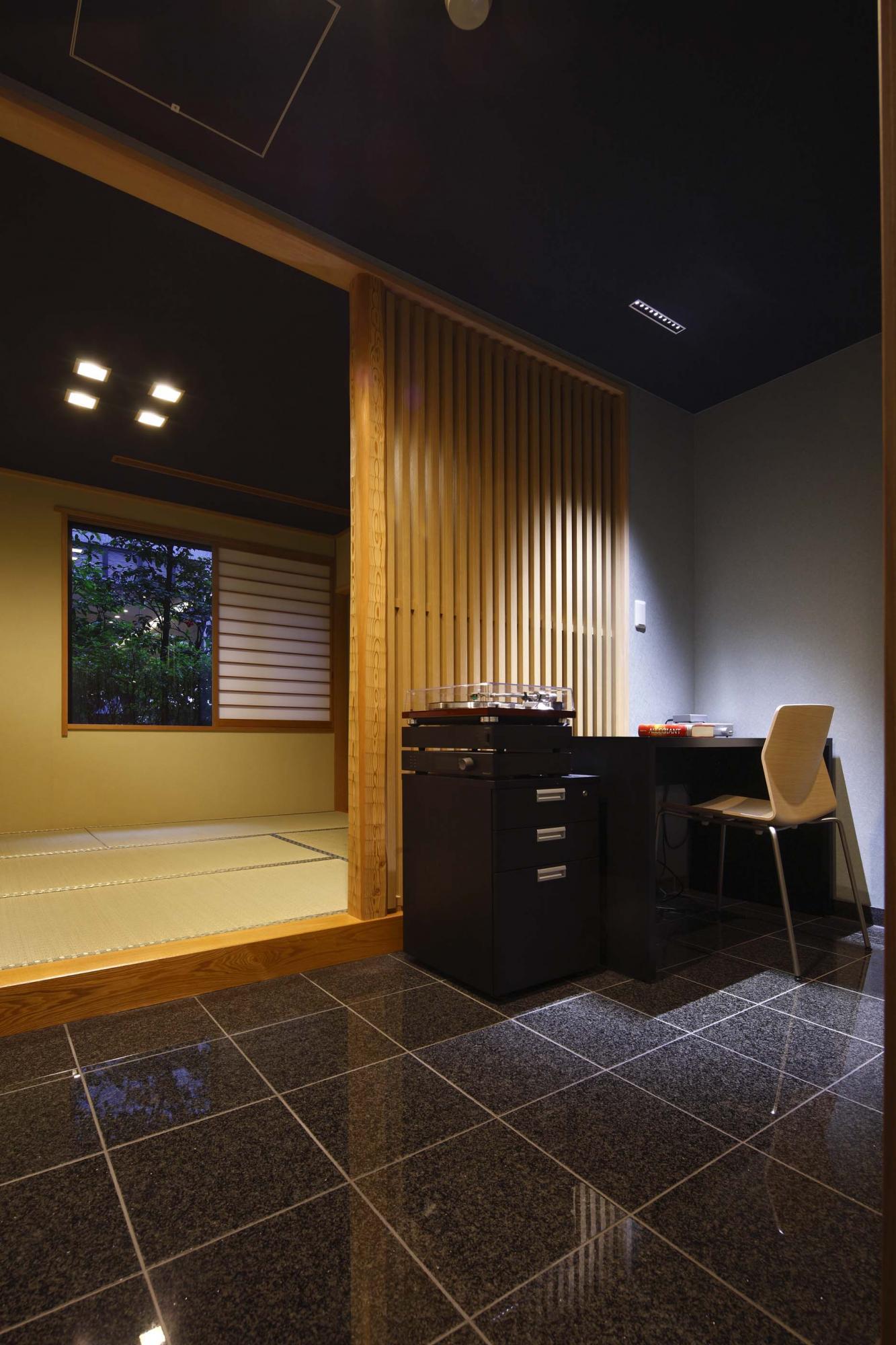 和室はリフォームして息子さんの部屋とし、黒い御影石のタイルを敷いたスペースには勉強机を配置した。間仕切りとして使用した木格子は部屋のアクセントに。