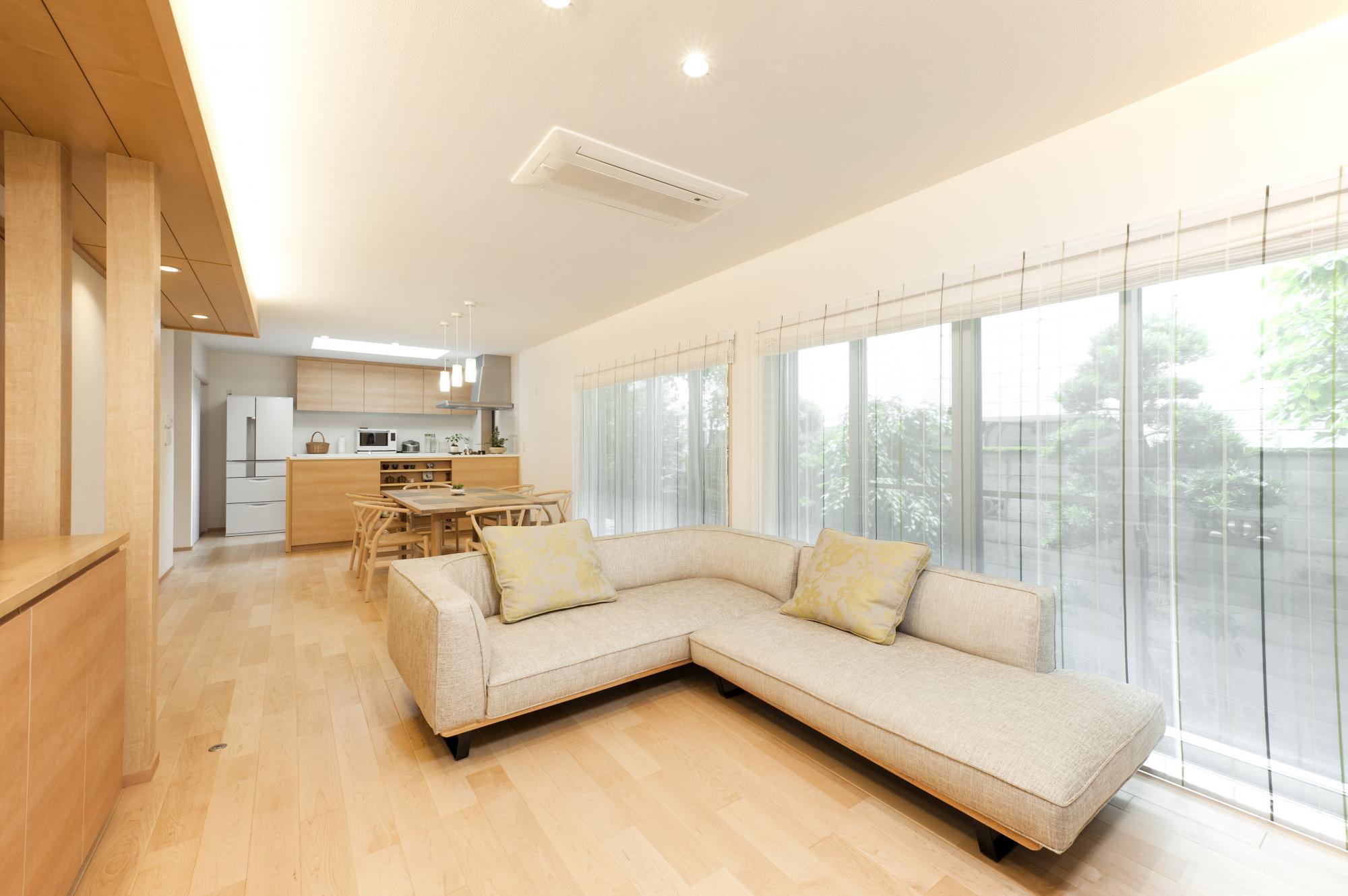 掃き出し窓を連続させたLDK。床にはメイプルを採用し、さらに明るい印象の空間にした。