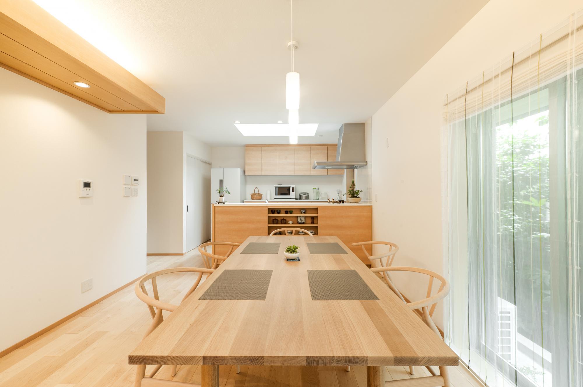 6人掛けの大きなダイニングテーブルがゆったり置けるスペースを確保。キッチンは対面式で吊り戸棚をなくし、空間に広がりを感じられるようにした。