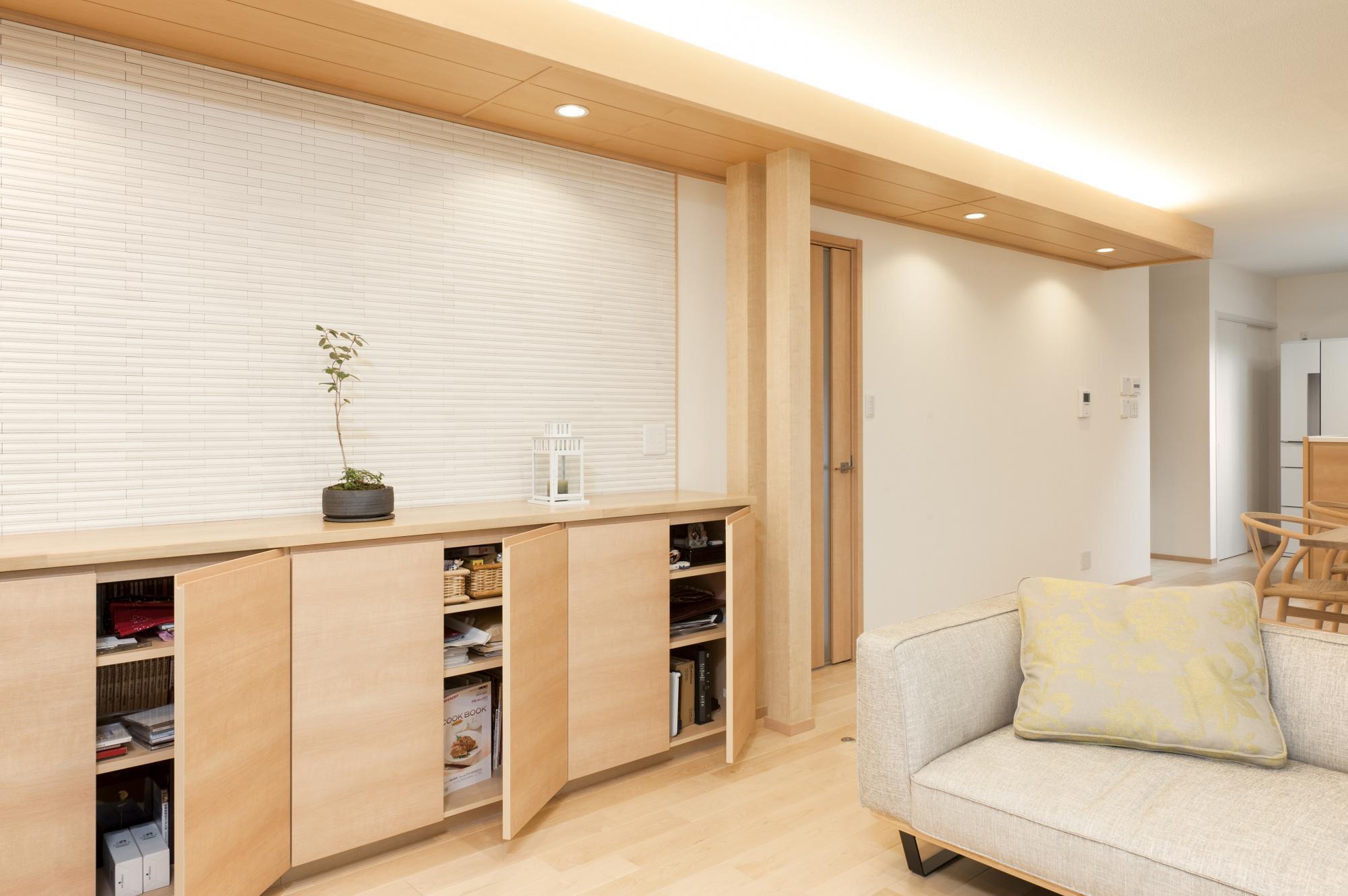 リビングには収納キャビネットを新設。壁にはエコカラットを使ってインテリアのアクセントにすると同時に、調湿機能で快適な室内空間をつくった。